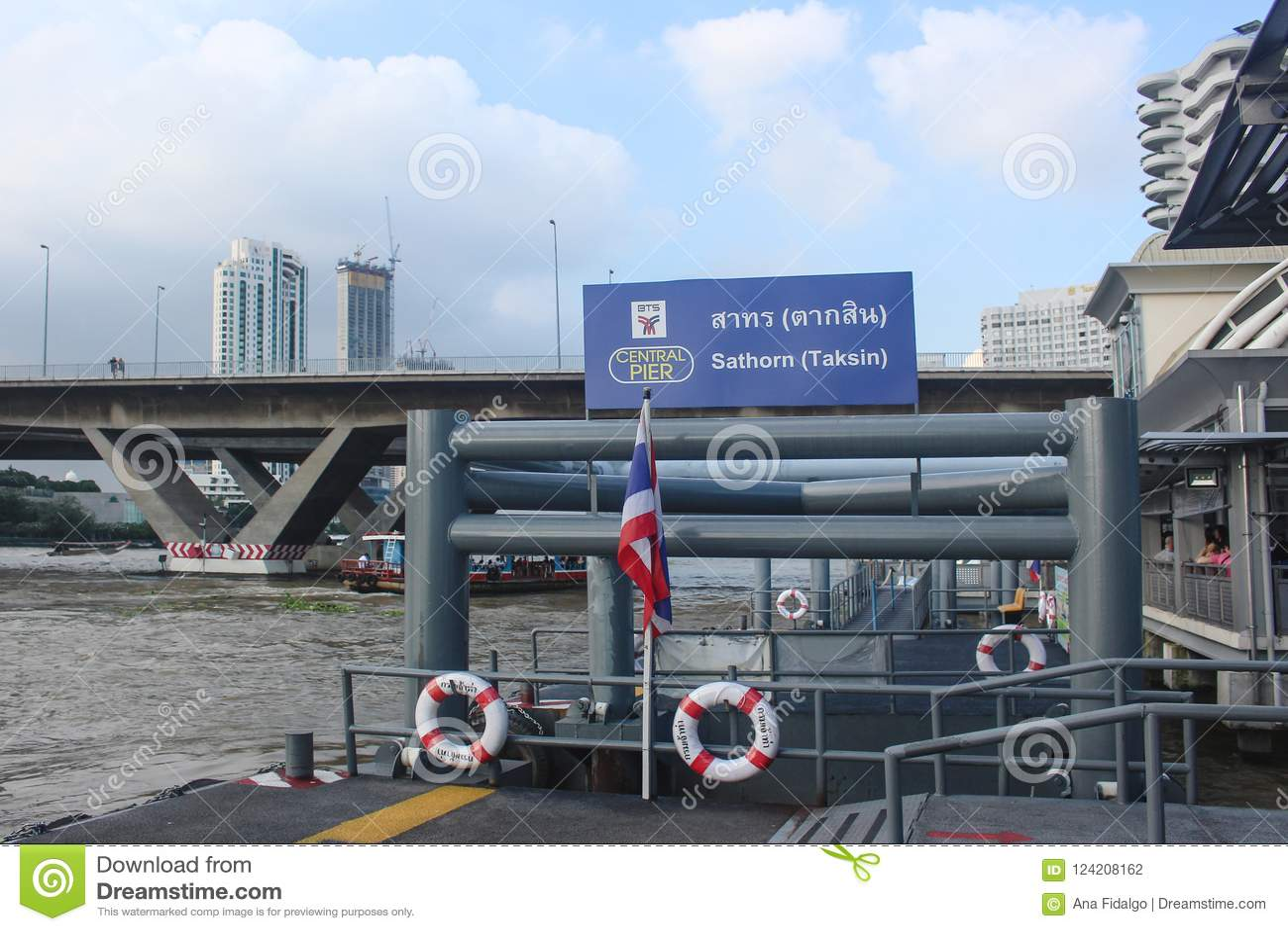 Bangkok Thailand - Oktober 2017: Tom Sathorn pir på anslutningen med BTS Saphan Taksin Thailändsk flagga i pol