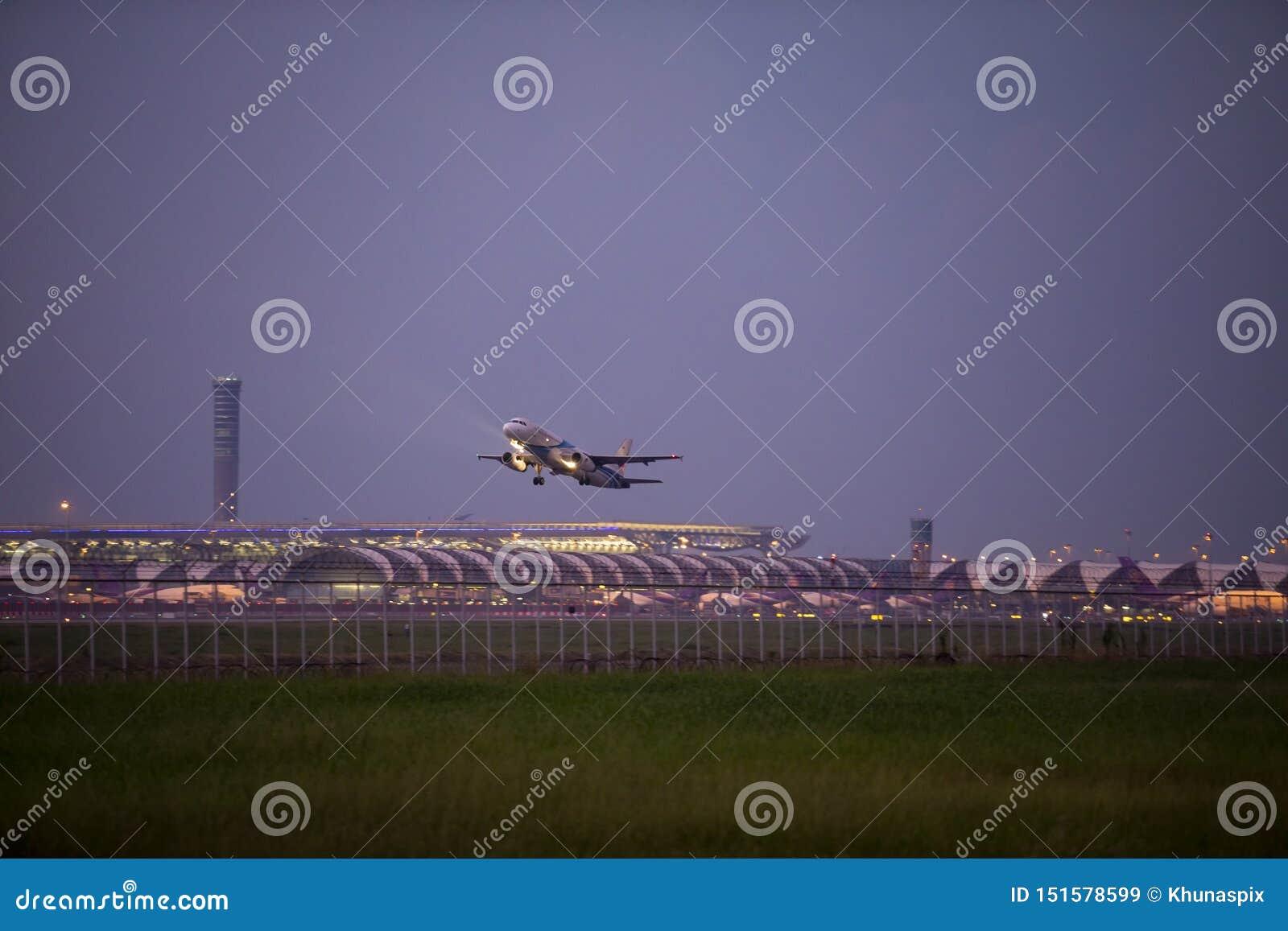 Bangkok Thailand - september29,2018: flache Abfahrt Bangkok-Fluglinie von suvarnbhumi Flughafen, Bangkok-Fluglinie ist eine von d