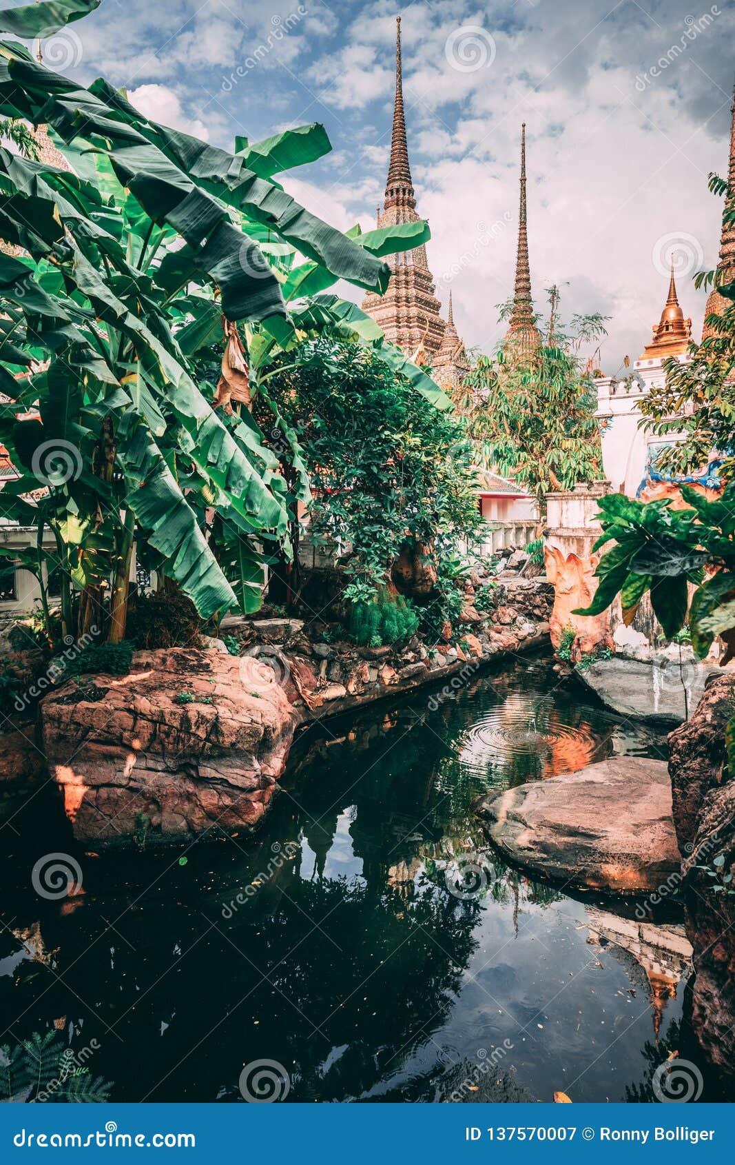 Bangkok tusen dollarslott Torn av den storslagna slotträckvidden in i himlen Liten sjö inom templet