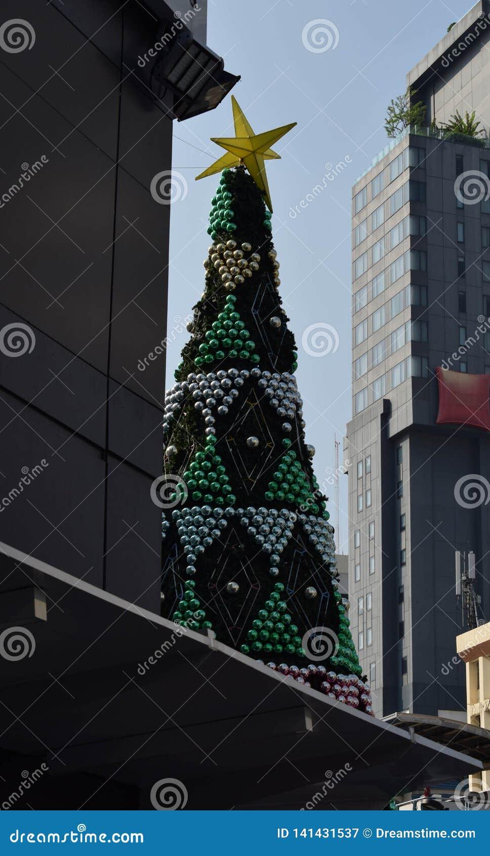 Bangkok a une saison de Noël, qui a de grands pins réglés entre deux bâtiments
