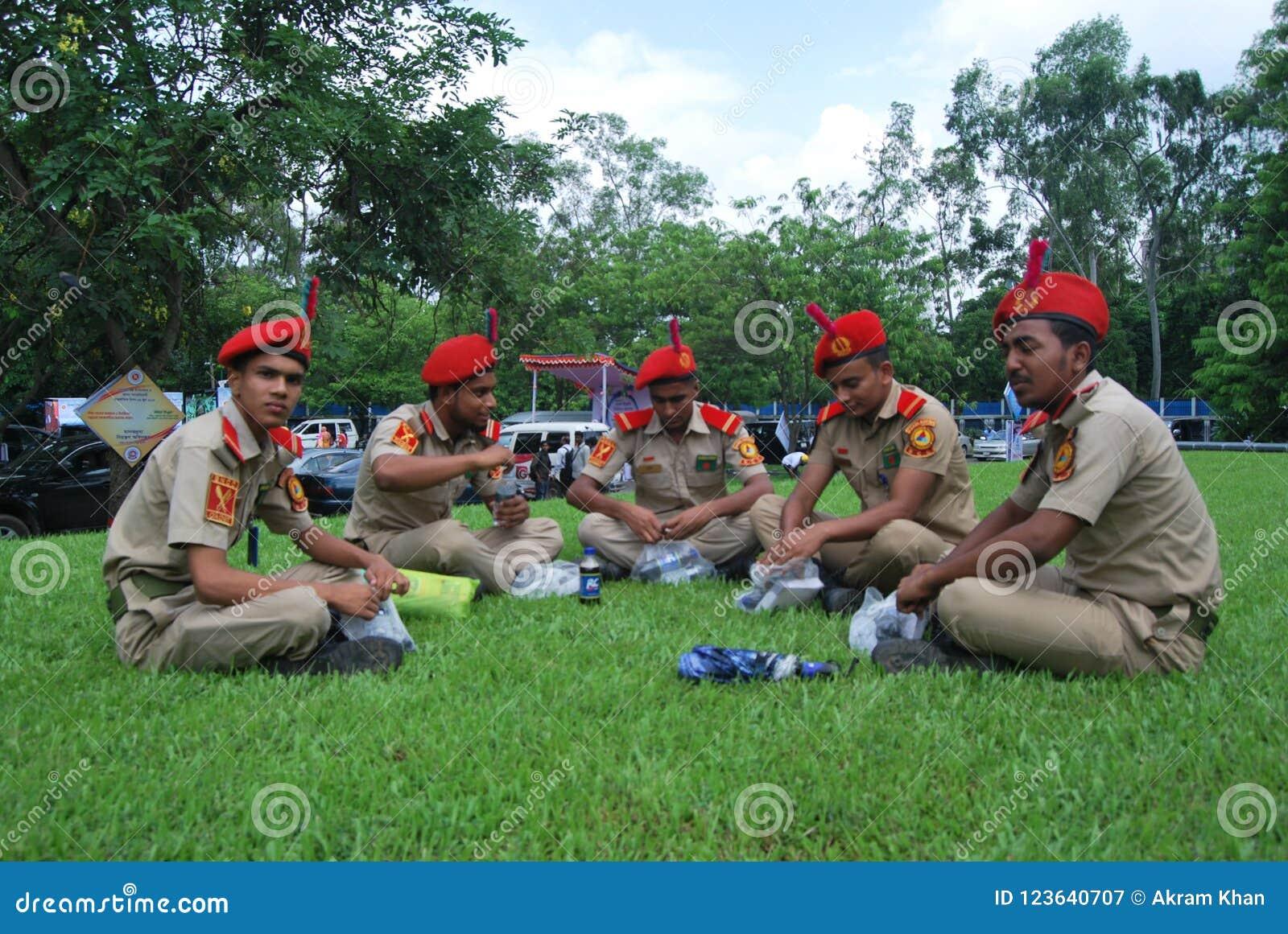 Bangladesh den nationella kadettkåren BNCC är enservice organisation som består av armén, marinen och flygvapnet för skola, c
