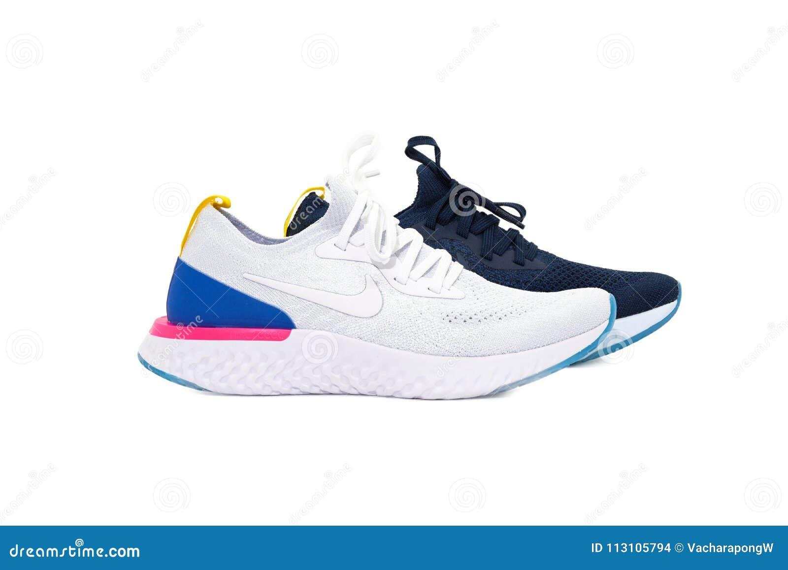 Banguecoque, Tailândia, março 08,2018, sapatas do esporte de Nike no fundo branco no estúdio ilumina-se