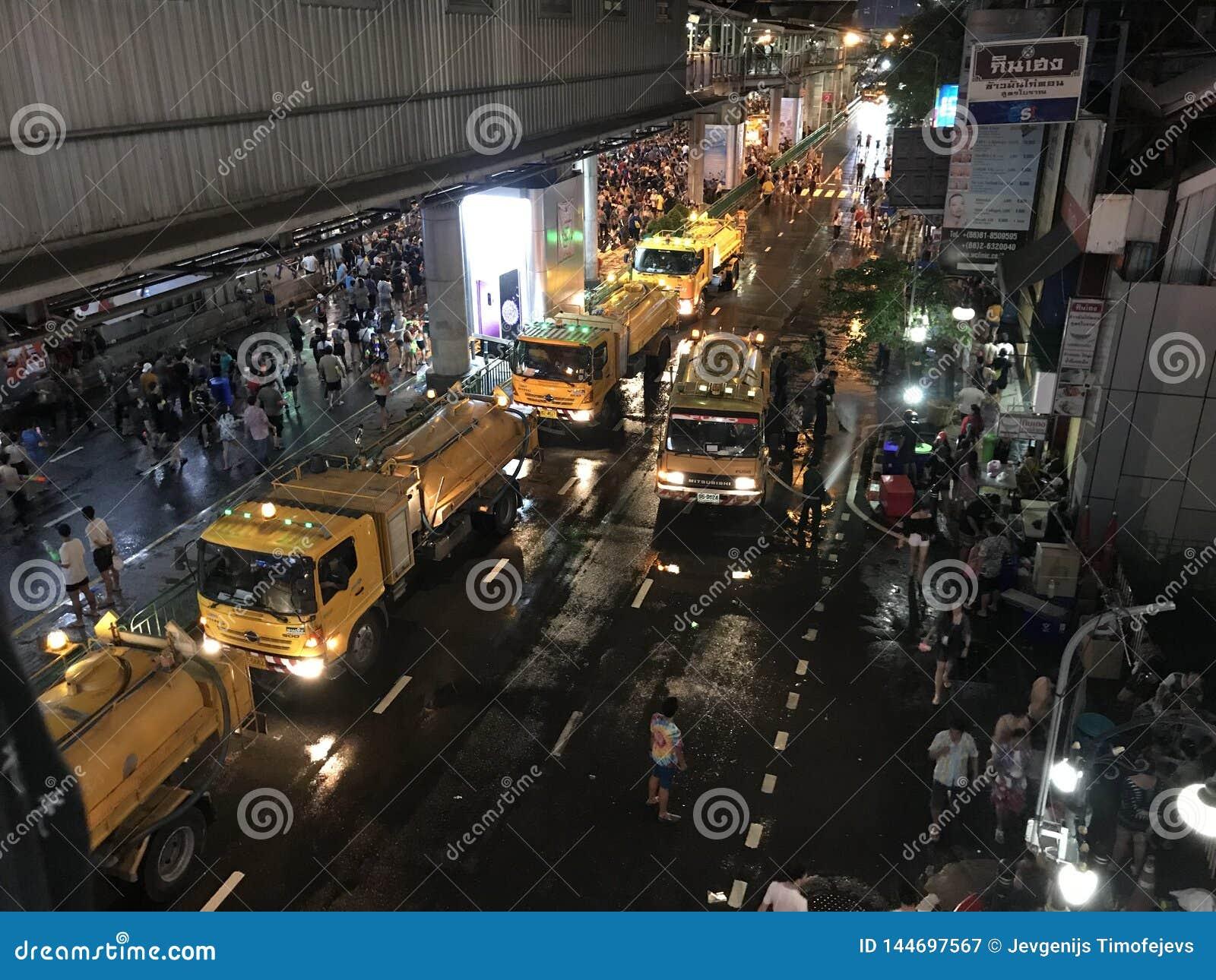 BANGUECOQUE, TAILÂNDIA - 15 DE ABRIL DE 2018: Festival do ano novo de Songkran na noite com armas de água e muitos povos