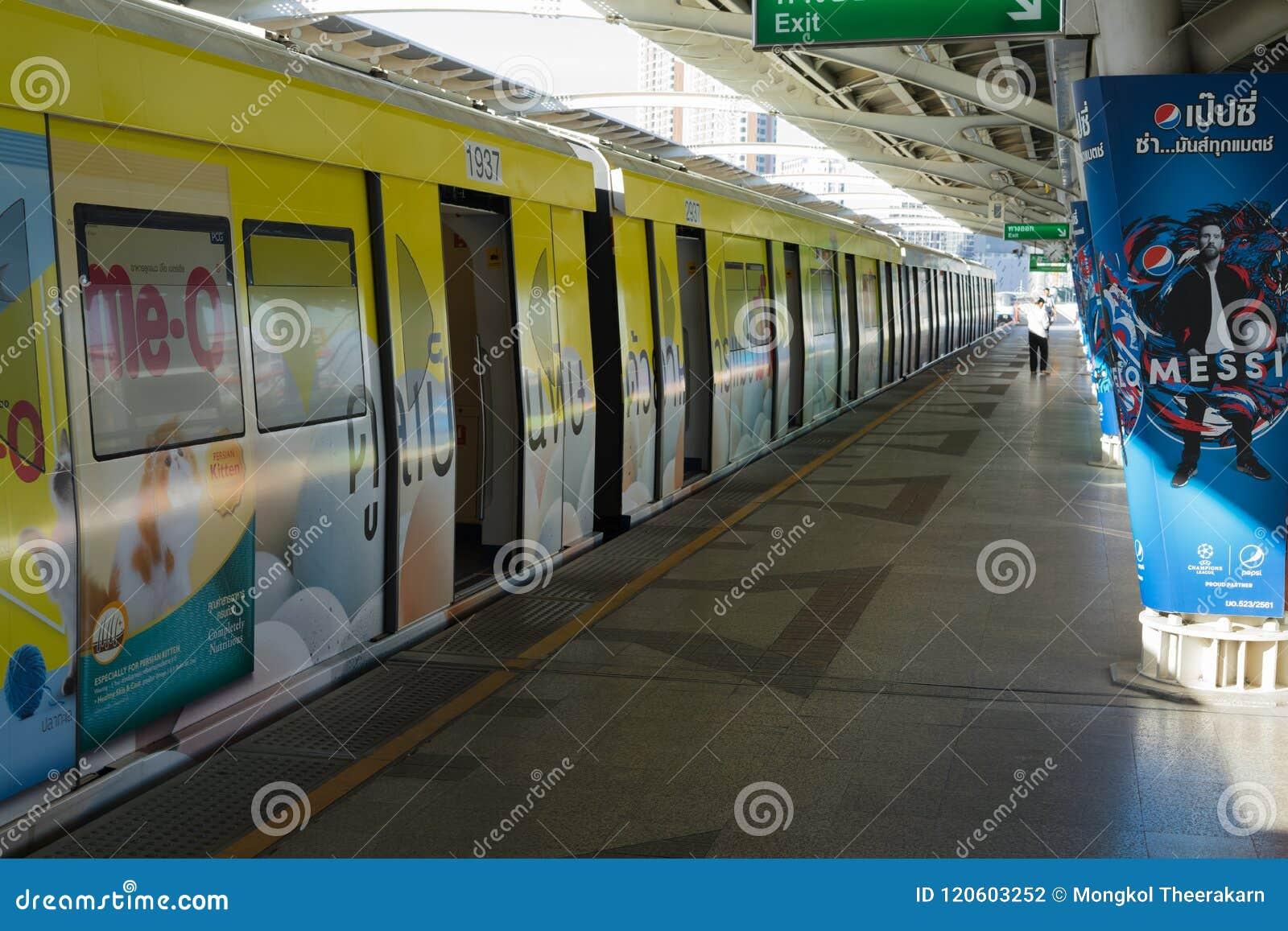 BANGUECOQUE, TAILÂNDIA - 5 DE JUNHO DE 2018: Trem de céu do BTS na plataforma da estação do mochit na manhã