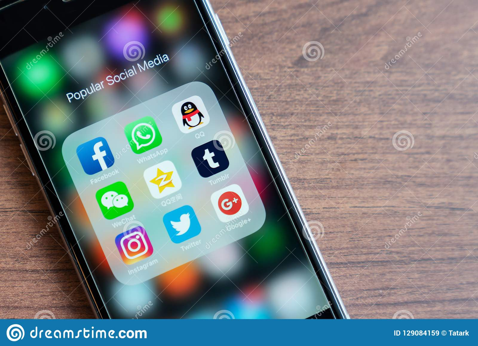 BANGUECOQUE, TAILÂNDIA - 5 de outubro de 2018: o iPhone com ícone dos meios sociais populares app é na moda em 2018 Facebook, Wha