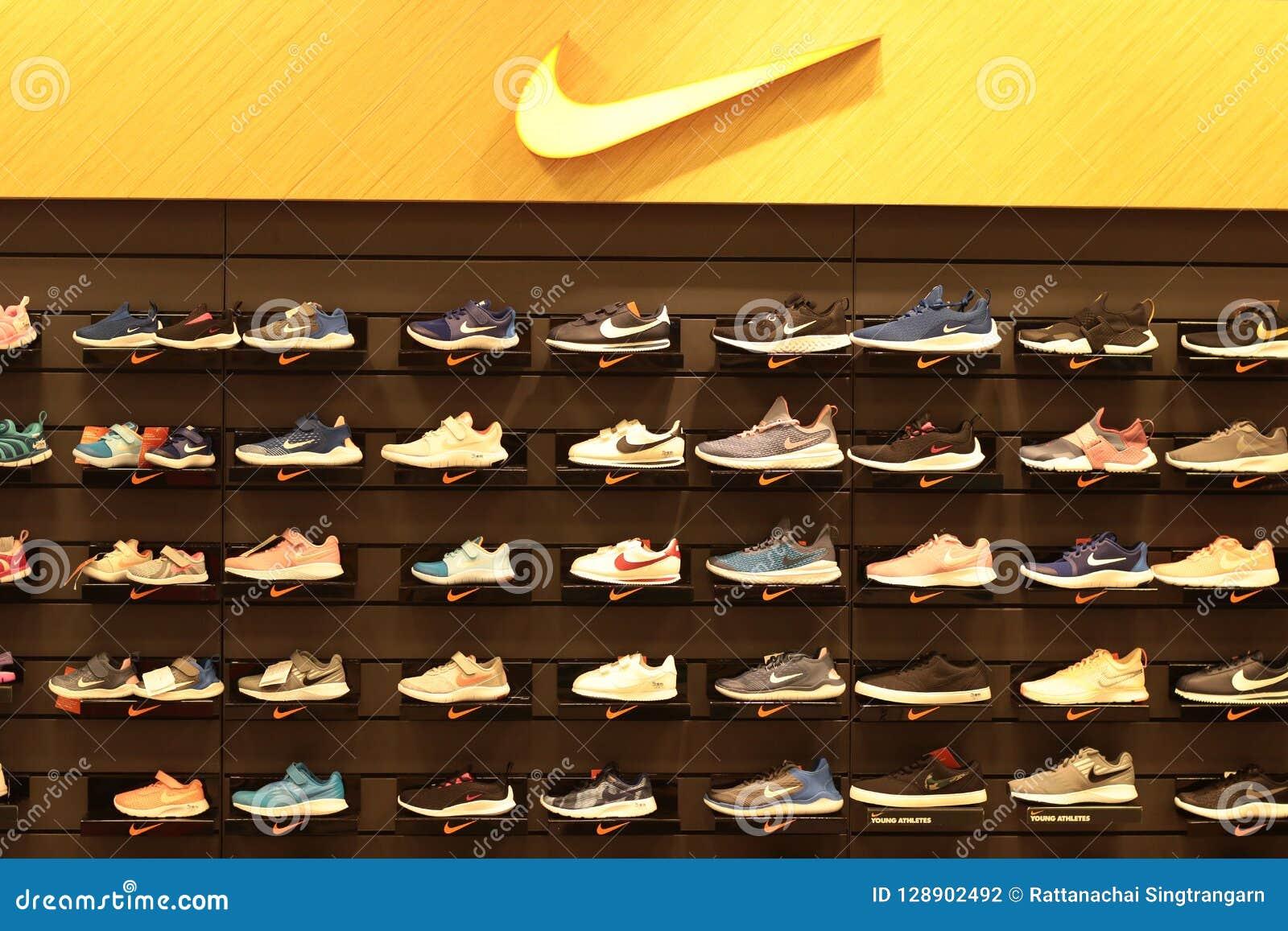 Banguecoque Tail?ndia em setembro de 2018: Sapatas de Nike na prateleira, loja de compra do esporte