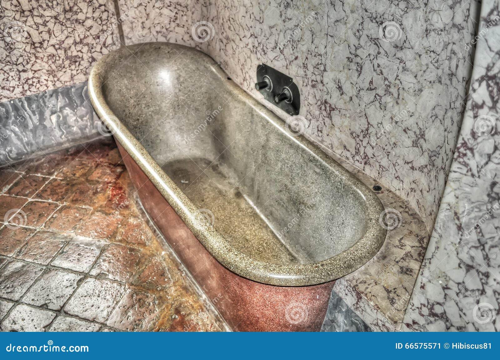 Banheira Antiga Foto de Stock Imagem: 66575571 #82A328 1300x953 Banheiro Com Banheira Antiga