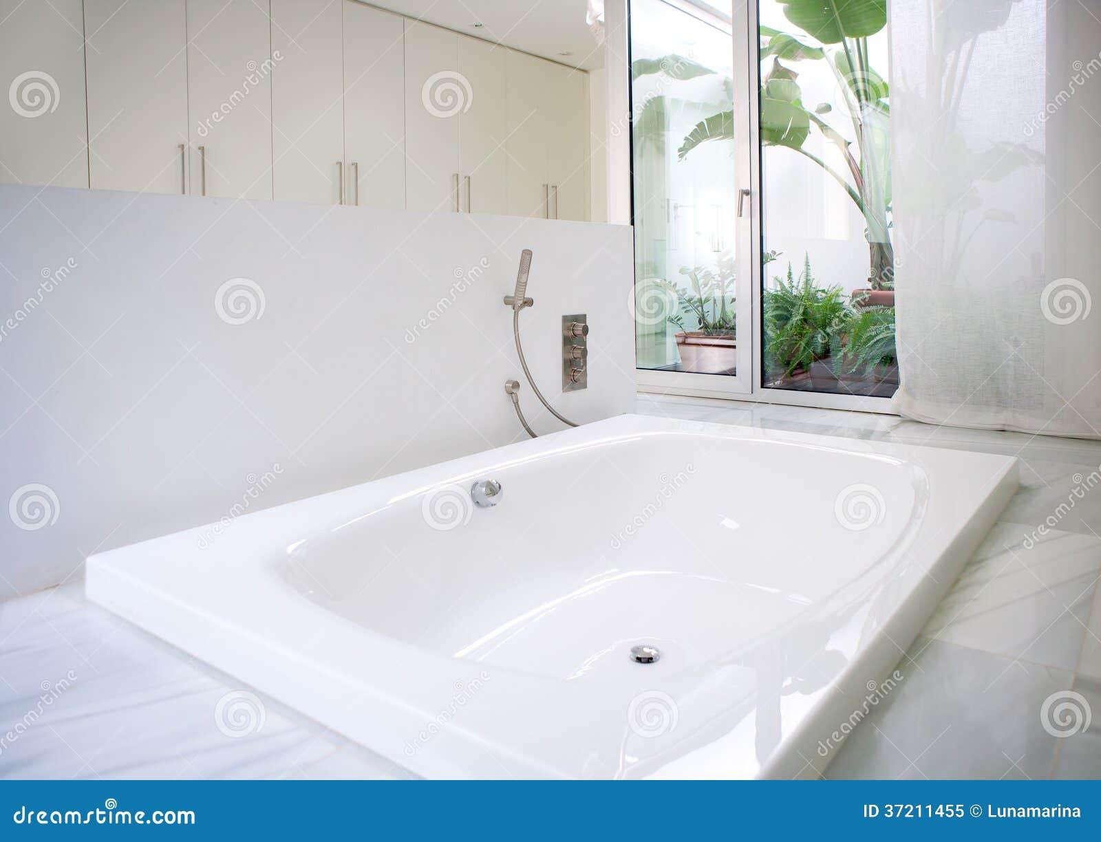 Banheira Branca Moderna Do Banheiro Da Casa Com Claraboia Do Pátio Foto de St -> Banheiro De Hotel Com Banheira