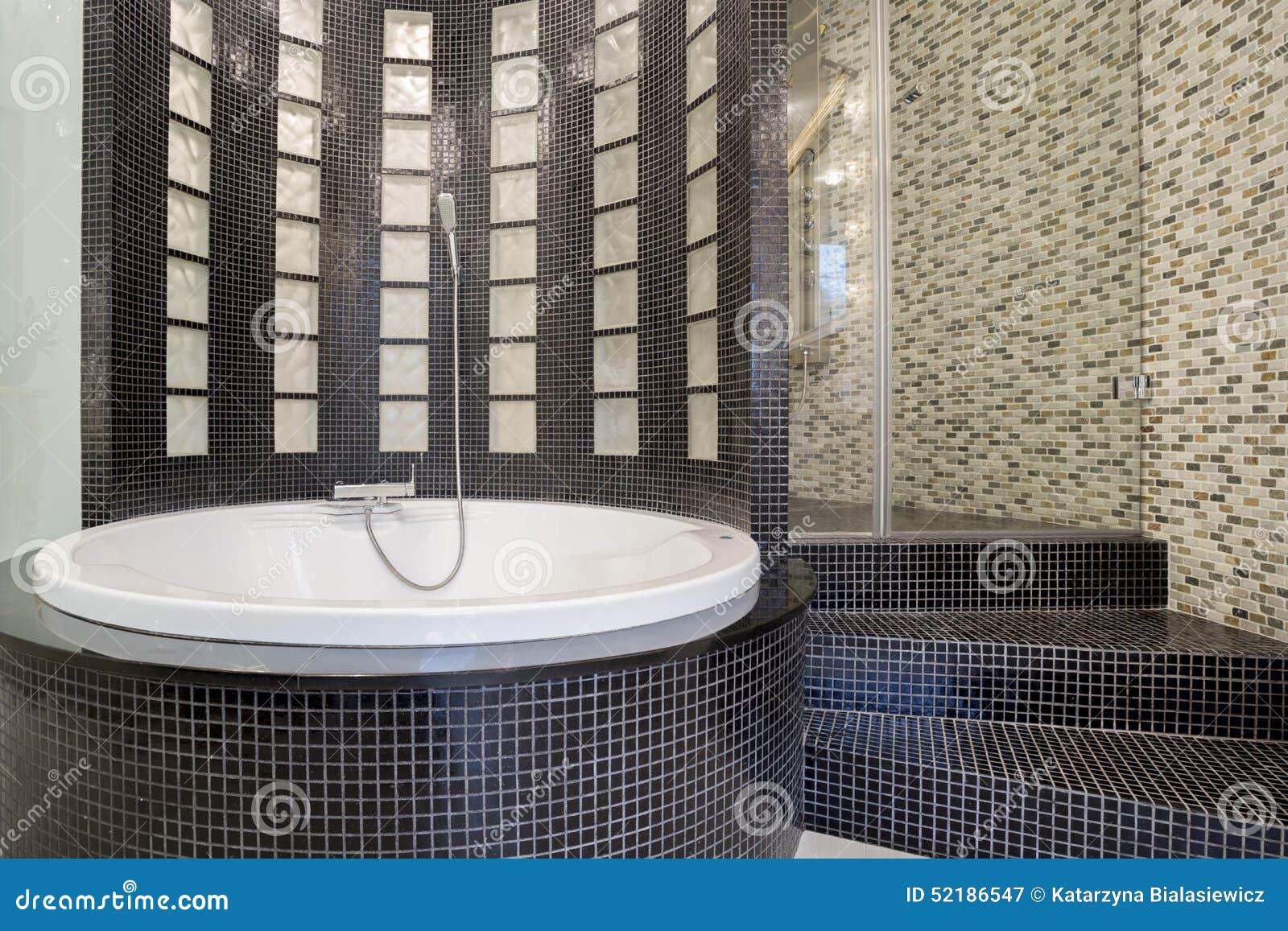 Banheira Redonda Dentro Do Banheiro Preto Foto de Stock Imagem  #786E53 1300 957