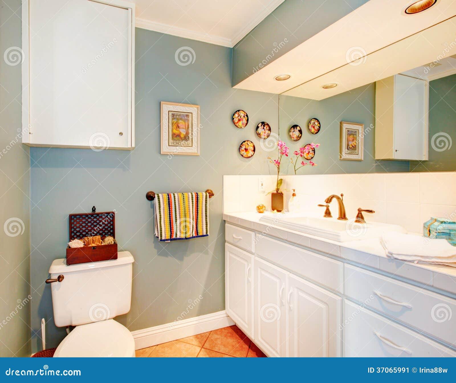 Luz acolhedor banheiro azul com assoalho de telha e combinação de  #AB6020 1300x1109 Banheiro Com Luz Azul