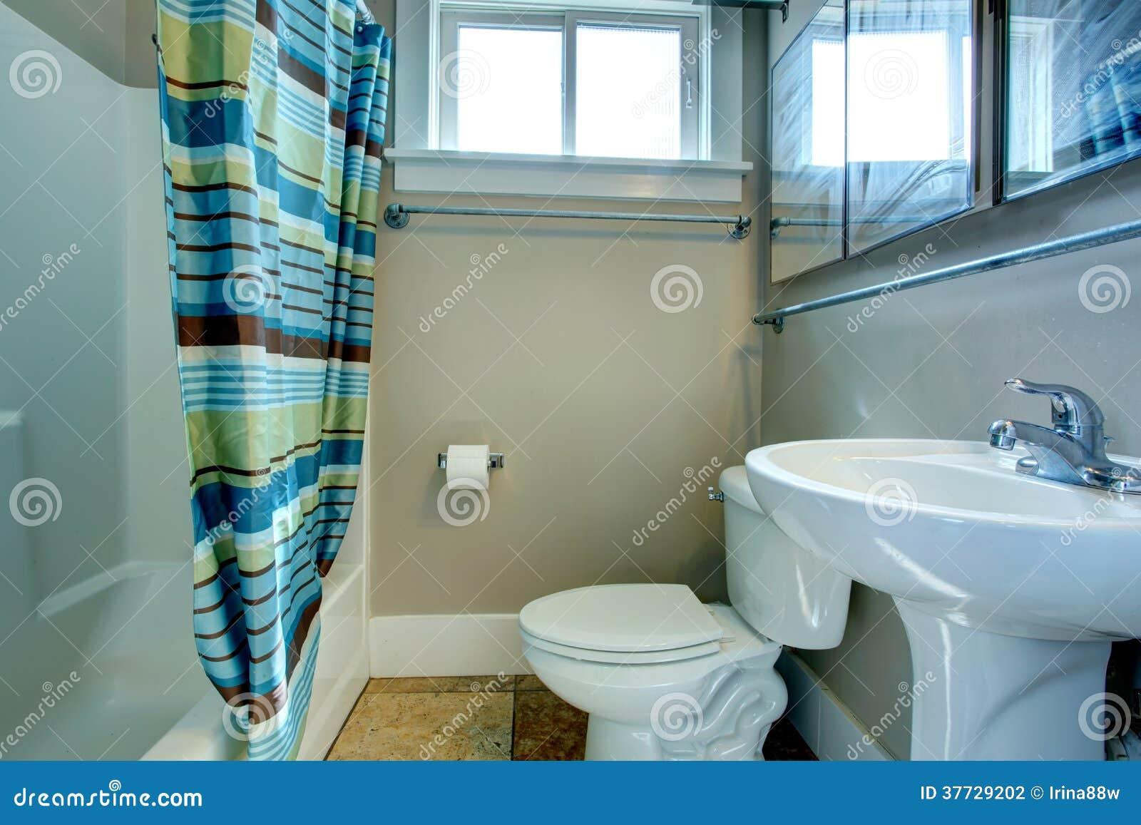 Banheiro Acolhedor Com Cortinas Listradas Fotografia de Stock Imagem  #1A4A62 1300x957 Banheiro Com Box De Cortina