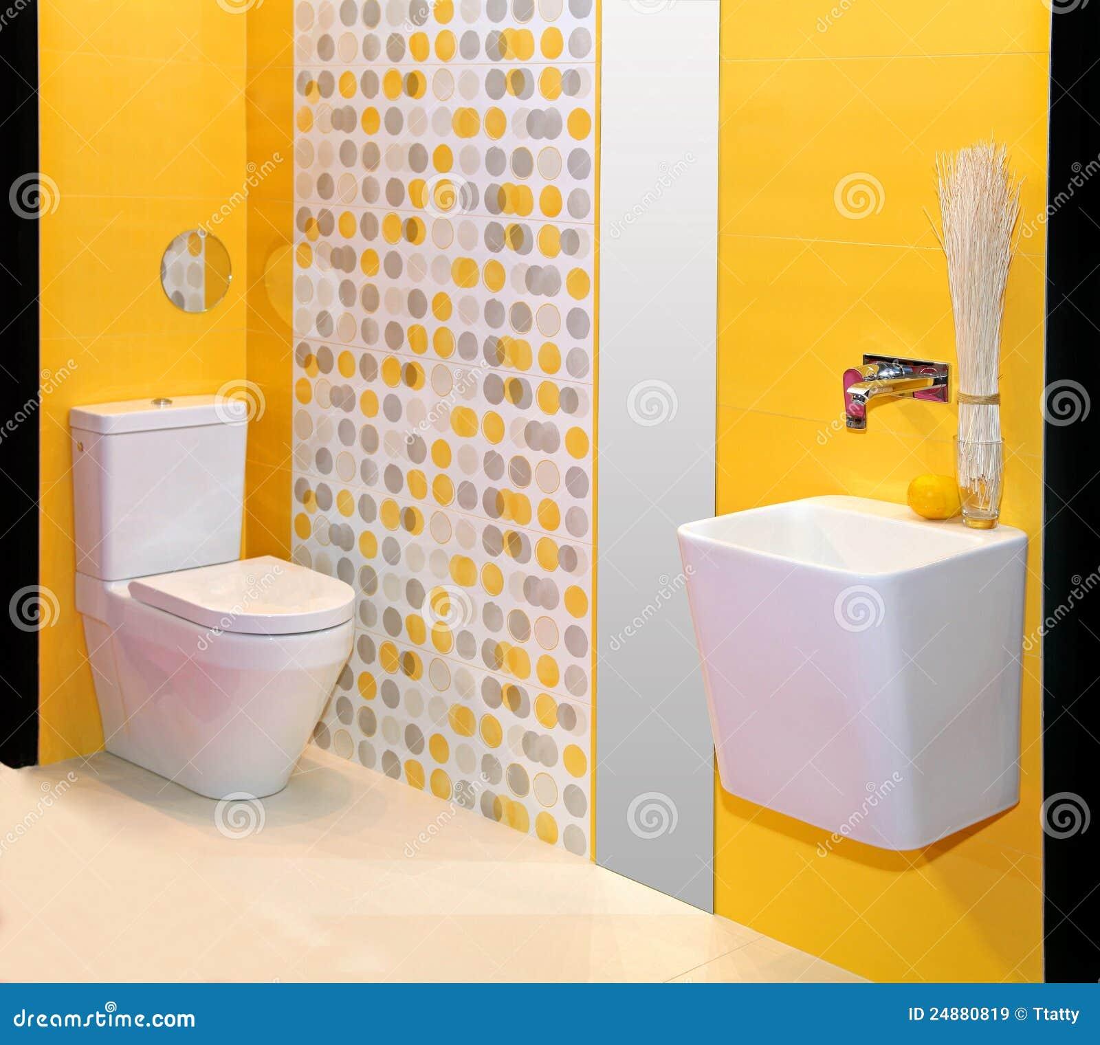 moderno do banheiro com paredes amarelas mr no pr no 2 2034 3 #C58E06 1300x1252 Amarelo No Banheiro