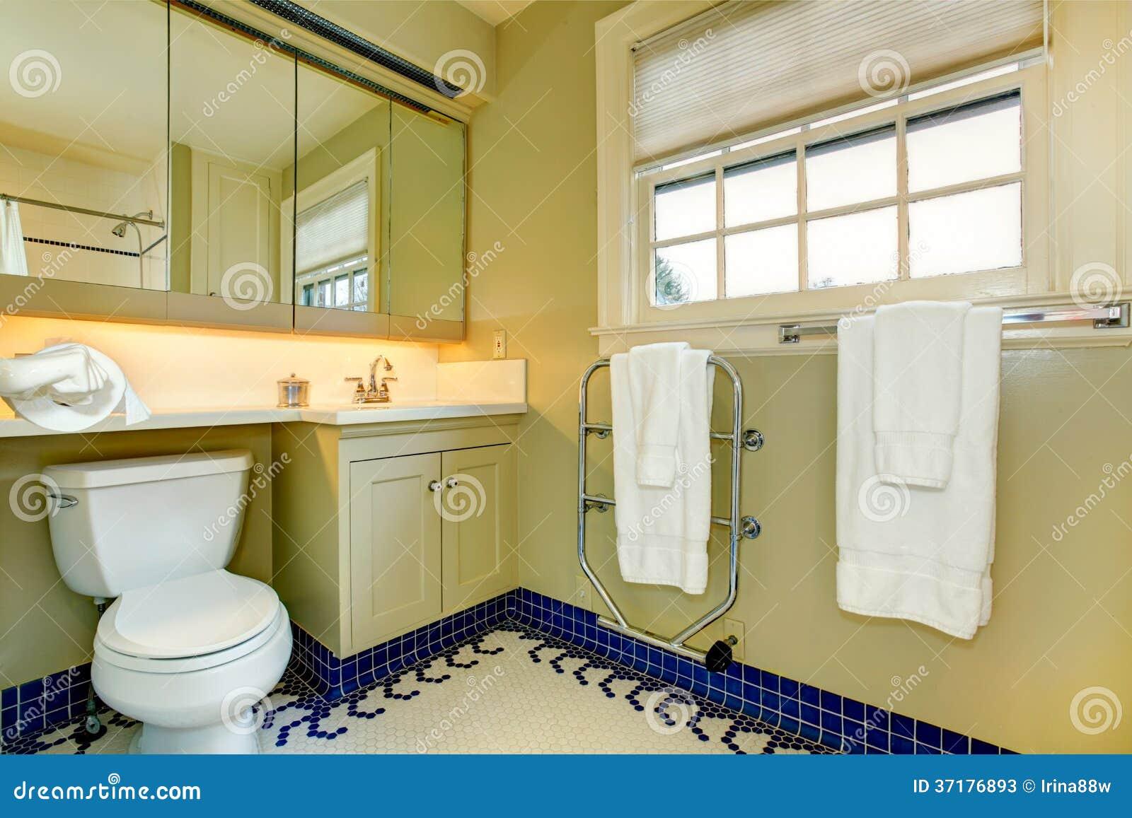 Banheiro Amarelo Brilhante Com O Assoalho De Telha Azul Fotos de Stock  #614C0C 1300x957 Banheiro Azul Com Branco