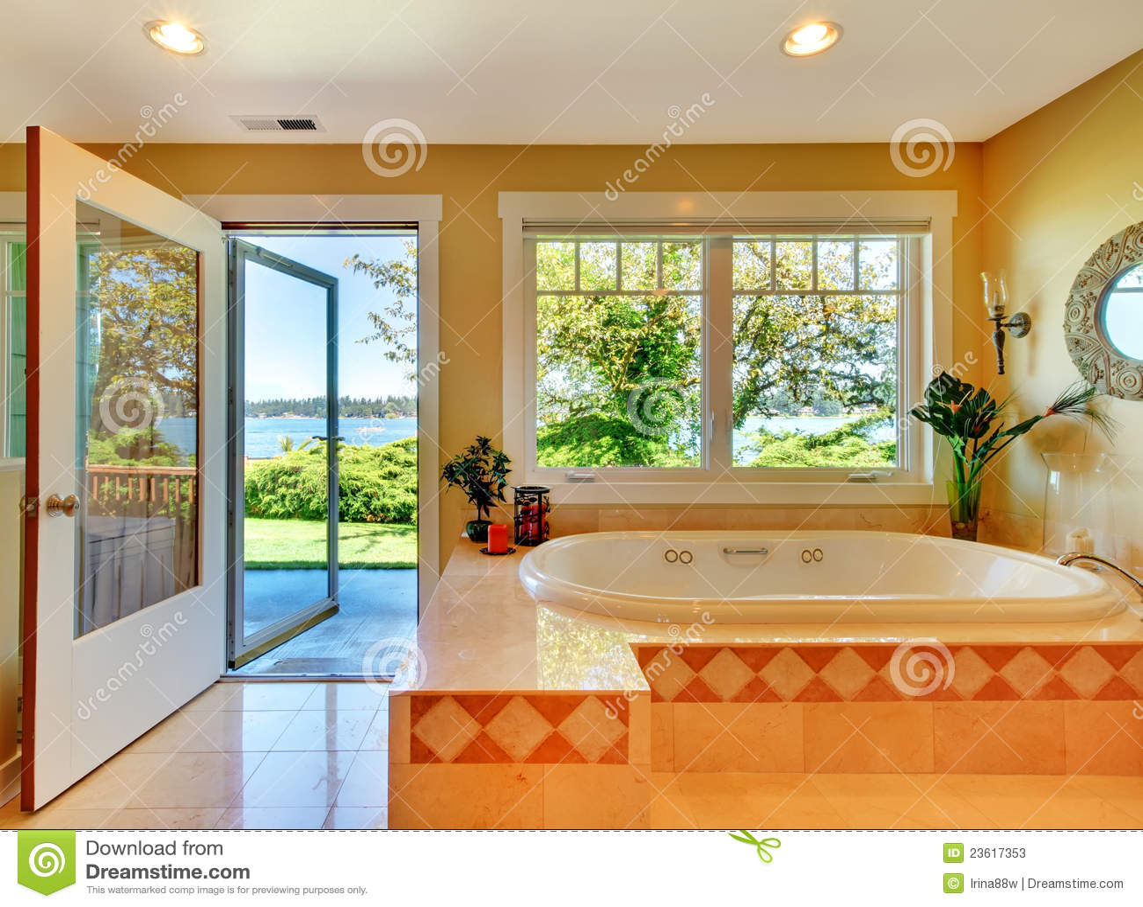 Banheiro Amarelo Com Opinião Do Lago E A Grande Cuba. Fotos de Stock  #BF4308 1300x1049 Amarelo No Banheiro