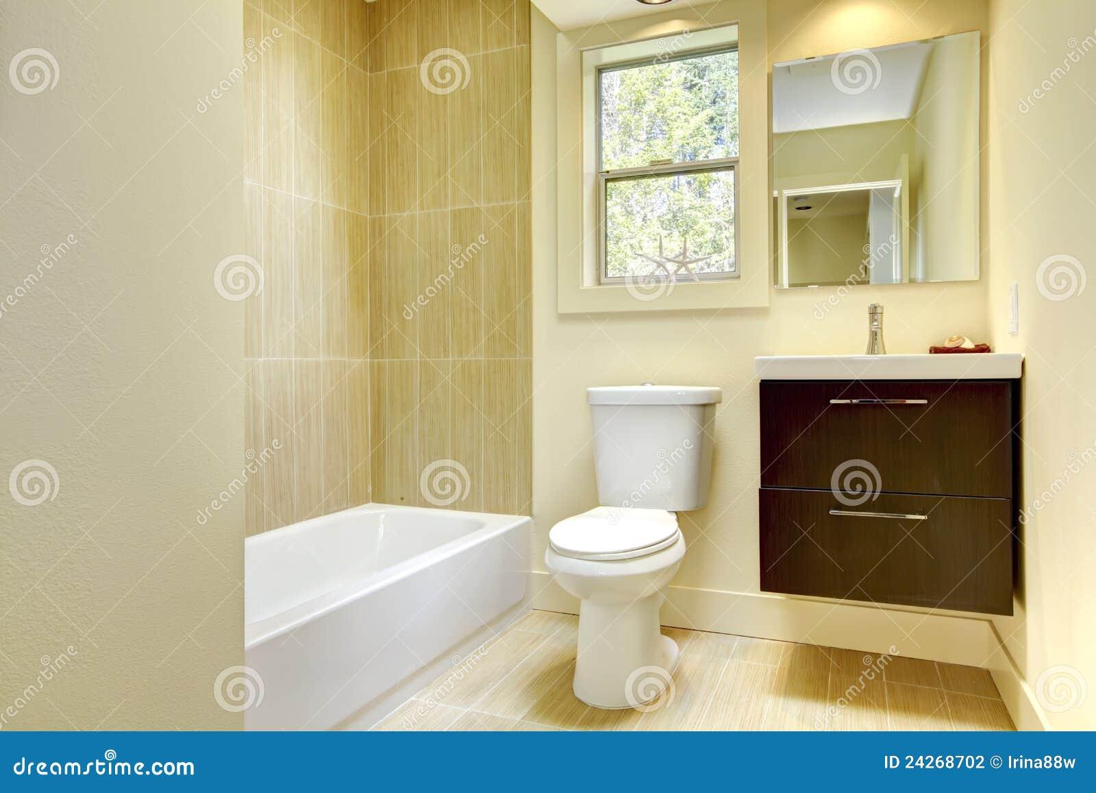 Banheiro amarelo moderno novo com telhas bege e o gabinete marrom. #39220C 1300x957 Banheiro Bege E Marrom