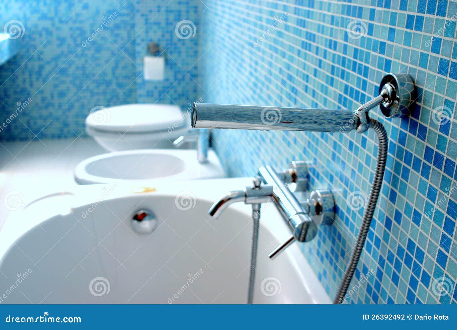 Close up azul do banheiro com as telhas de mosaico azuis. #0D4775 1300x957 Banheiro Com Azul