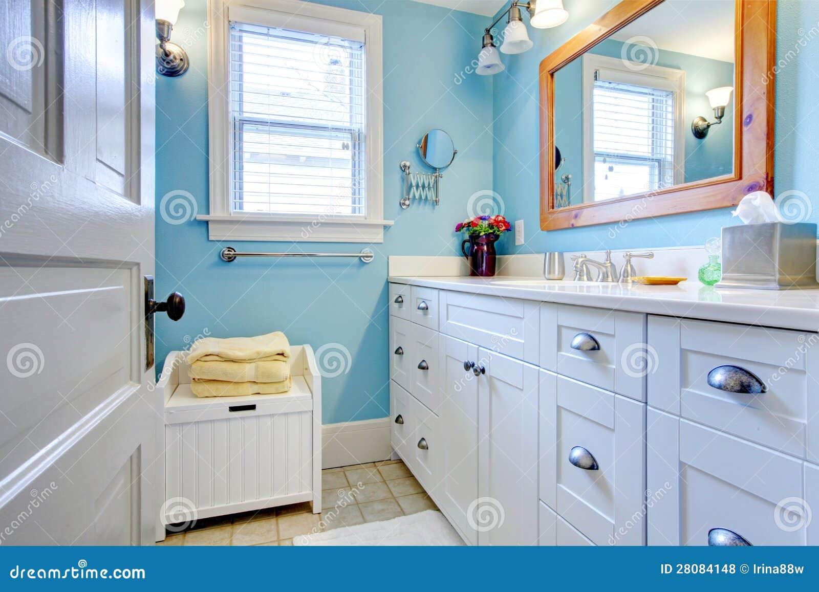 Banheiro azul e branco com lotes do espaço de armazenamento com estar  #A36828 1300x957 Banheiro Branco Com Rejunte Azul
