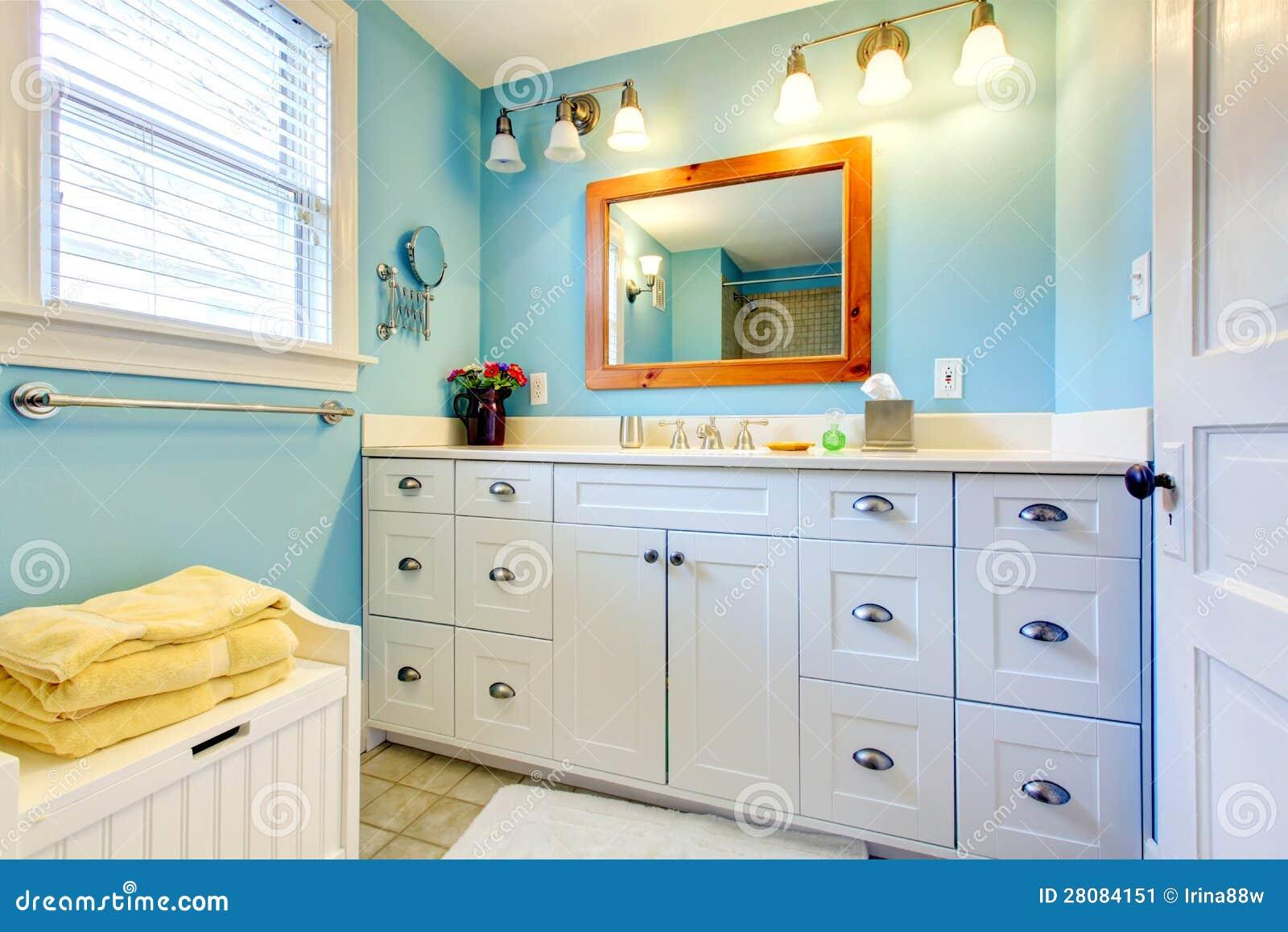 Banheiro azul e branco com lotes do espaço de armazenamento com estar  #AC6F1F 1300x957 Banheiro Azul E Branco