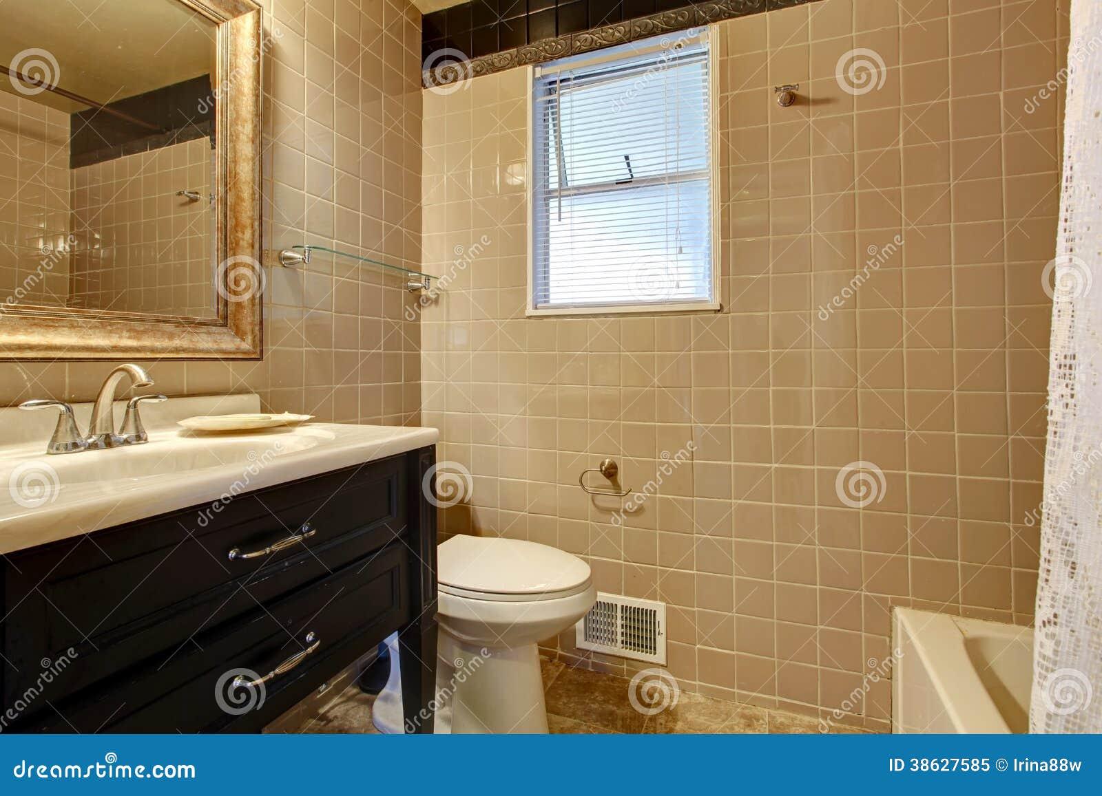 Banheiro Bege Com Um Armário Preto Da Bacia Foto de Stock Royalty  #69471F 1300x957 Banheiro Bege Com Madeira