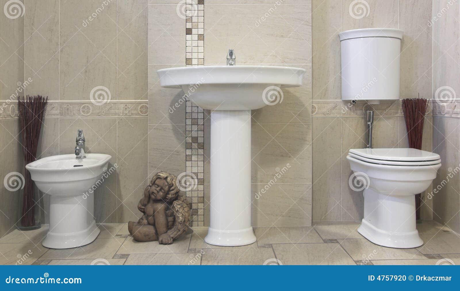 Banheiro bege moderno com dissipador toilette e bidet. #82A229 1300x840 Banheiro Bege Fotos