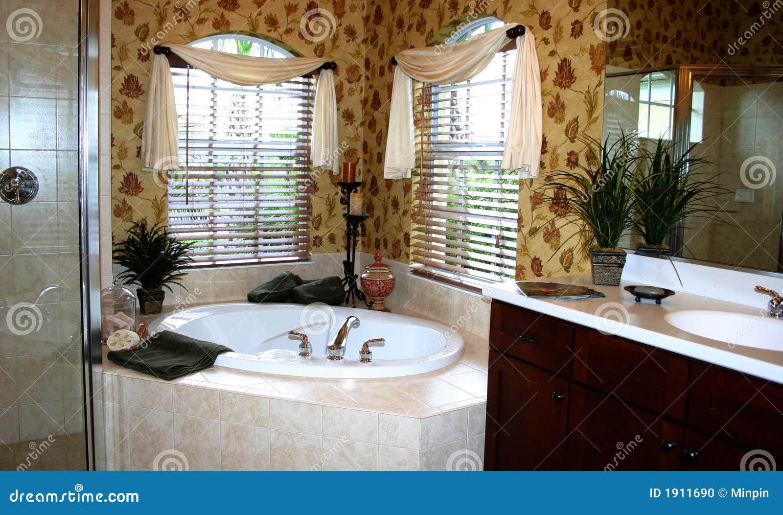 banheiro de canto bonito com cuba de Jacuzzi papel de parede floral  #674420 1300x872 Banheiro De Pobre Bonito