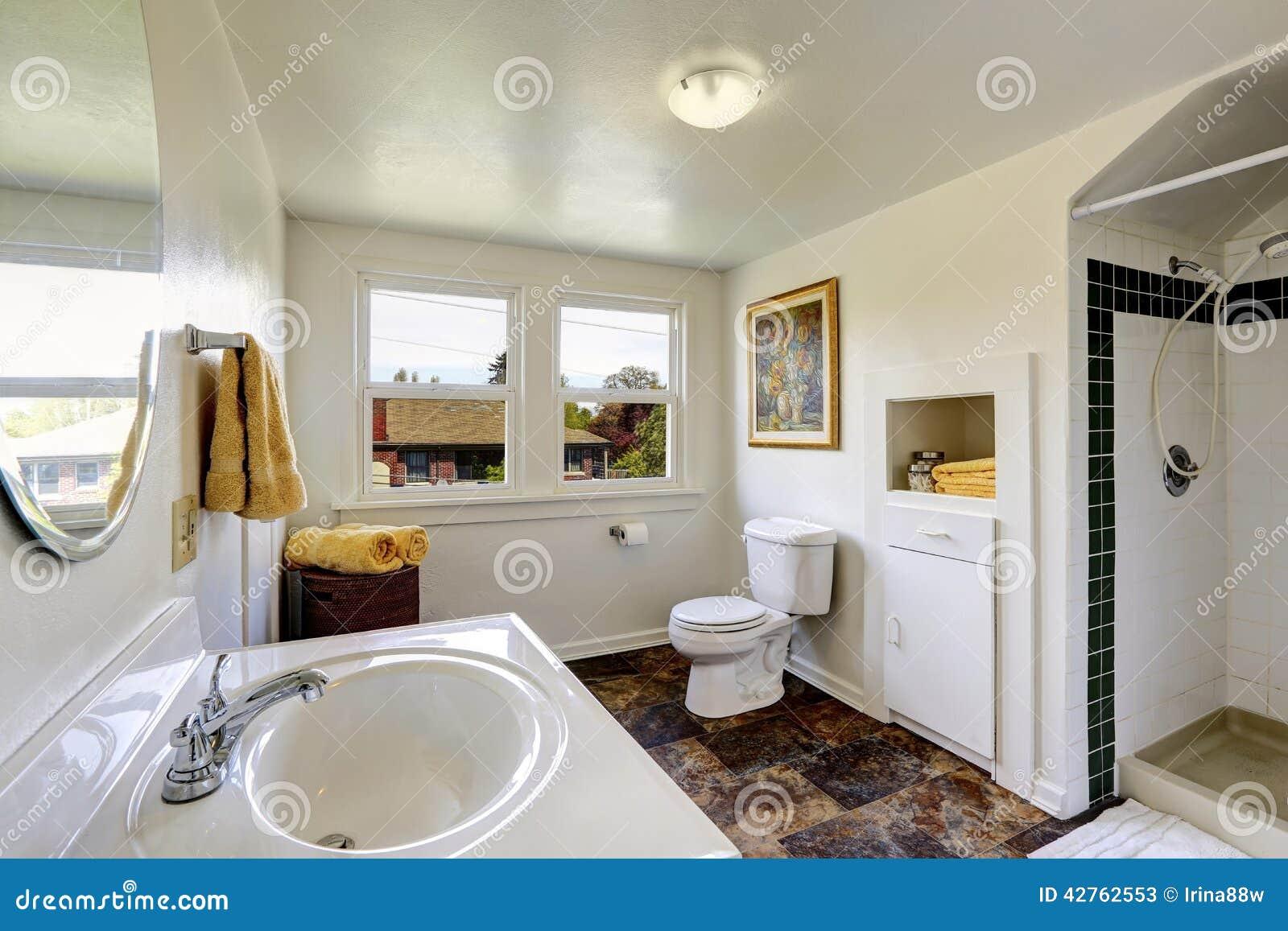 Banheiro Branco Com O Assoalho De Telha Do Marrom Do Contraste Foto de  #82A328 1300x957 Banheiro Branco Moderno