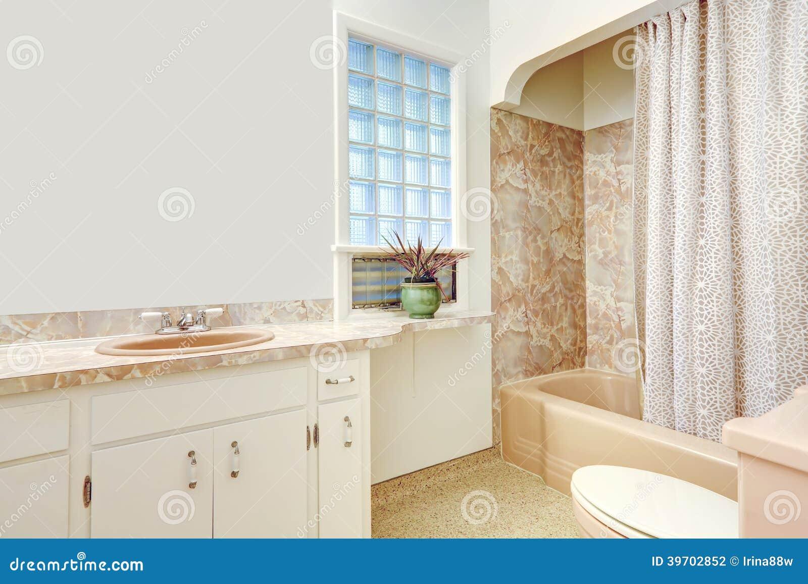 Banheiro com armários brancos espelho. Ideia da banheira bege com  #82A328 1300x957 Banheiro Branco Bege