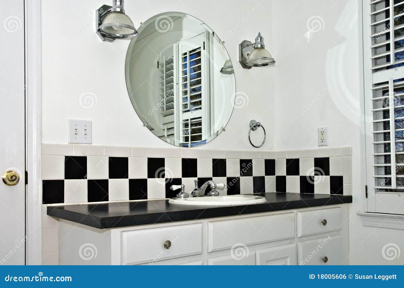 Imagens de #82A229 área do dissipador de um banheiro pequeno com telha preto e branco e  1300x943 px 3726 Banheiros Planejados Preto E Branco