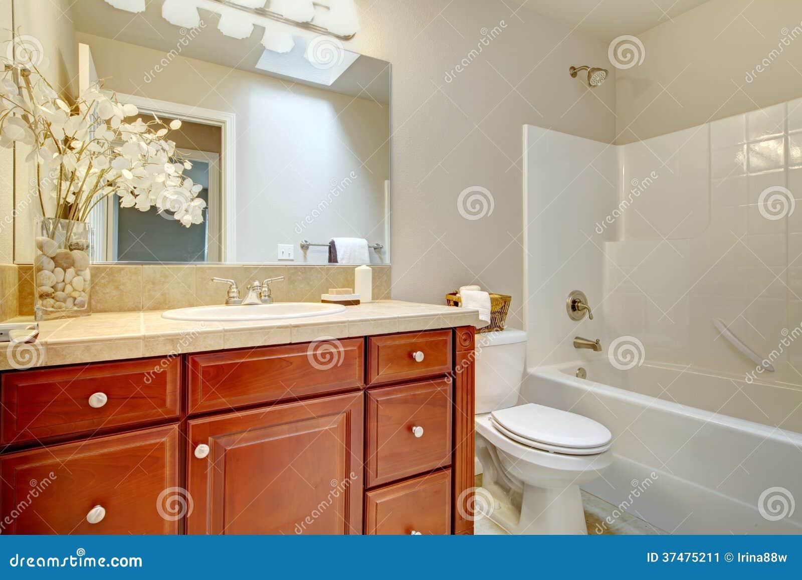 Banheiro Brilhante Bonito Com Os Armários Da Madeira Da Cereja Imagem  #8F2F11 1300x957 Banheiro De Pobre Bonito