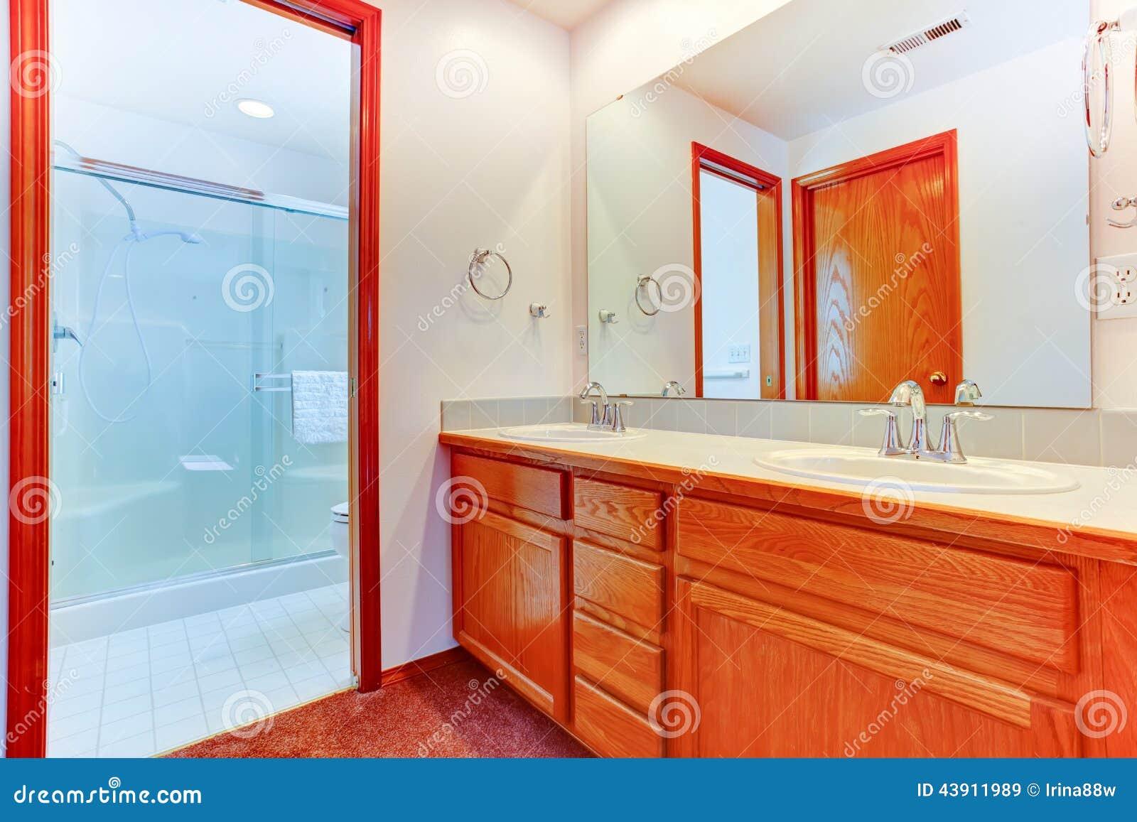 Interior brilhante do banheiro com o chuveiro de vidro da porta Vista  #B73714 1300x957 Armarinho De Banheiro De Vidro