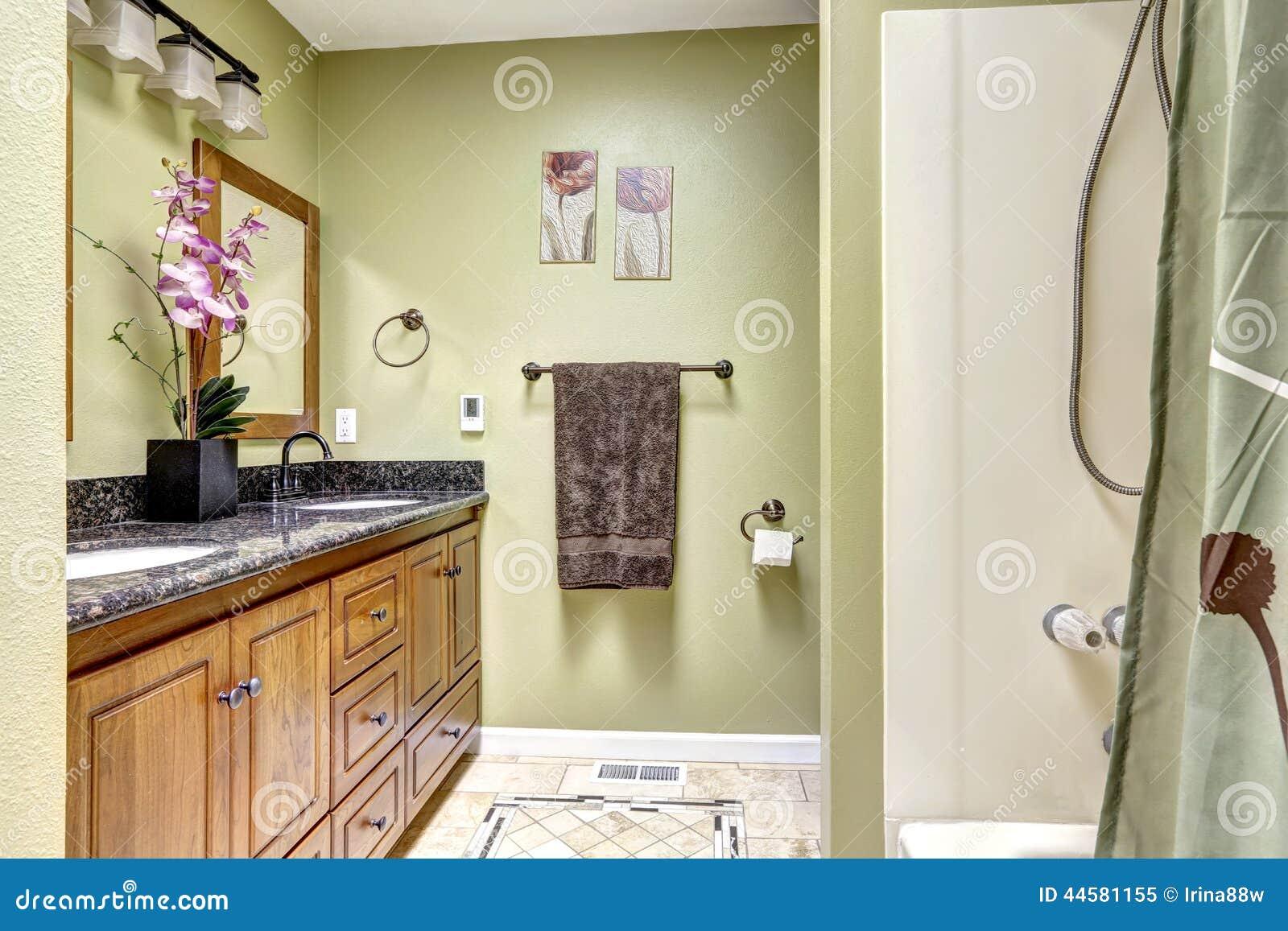 Banheiro brilhante na luz tom verde Armário de madeira com superior  #82A328 1300x957 Armario Para Banheiro De Granito