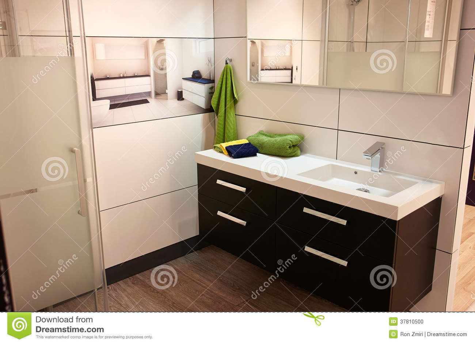 Banheiro Clássico Moderno Bonito Na Casa Nova Luxuosa Foto de Stock  #505E14 1300x957 Banheiro Bonito