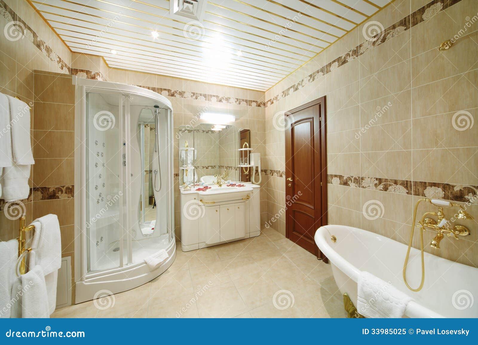 Banheiro claro e limpo com a cabine do banho e do chuveiro no estilo  #4A2610 1300 957