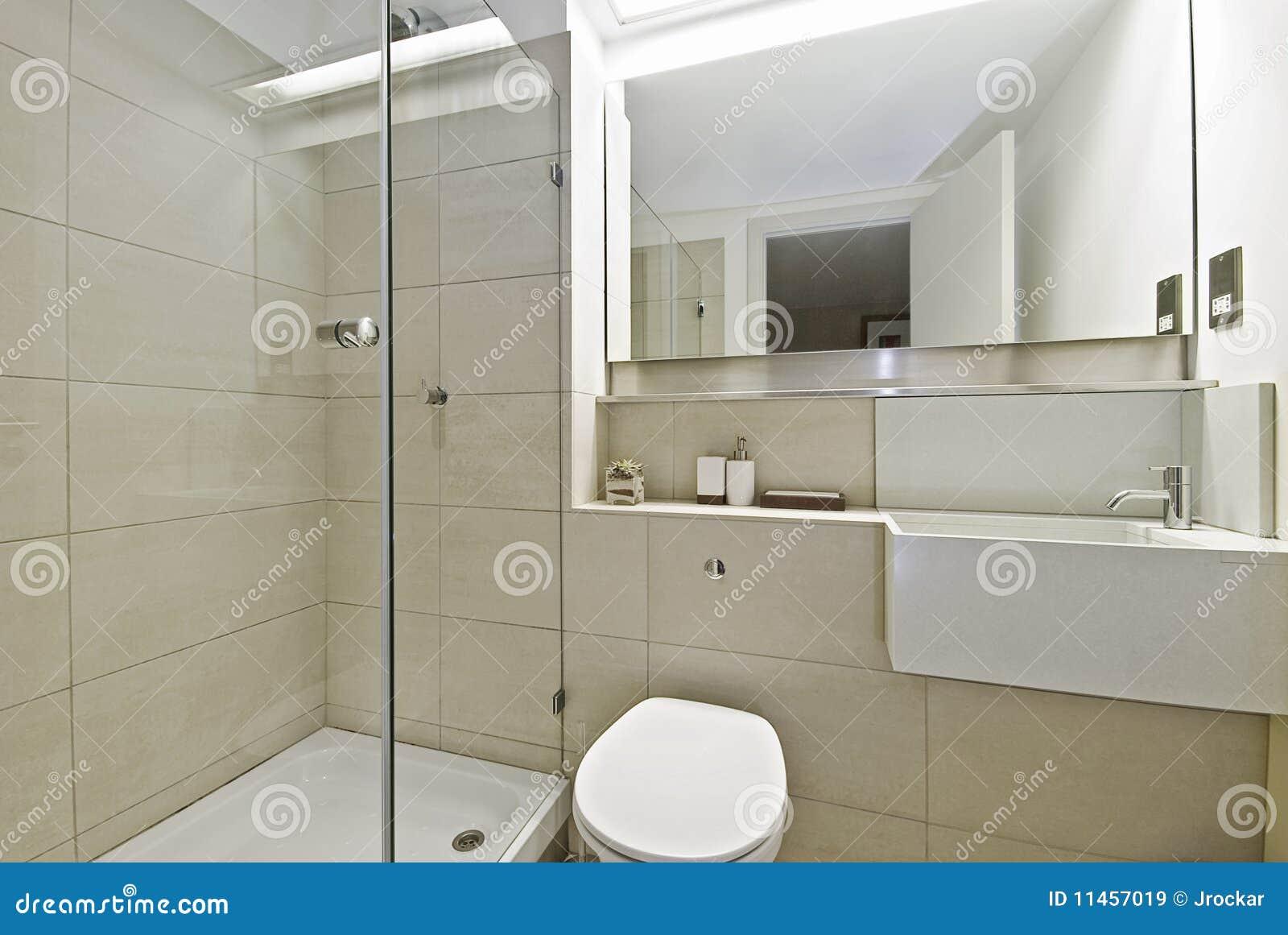 Banheiro Com Canto Do Chuveiro Imagens de Stock Royalty Free Imagem  #85A823 1300x960 Banheiro Com Banheira De Canto E Chuveiro