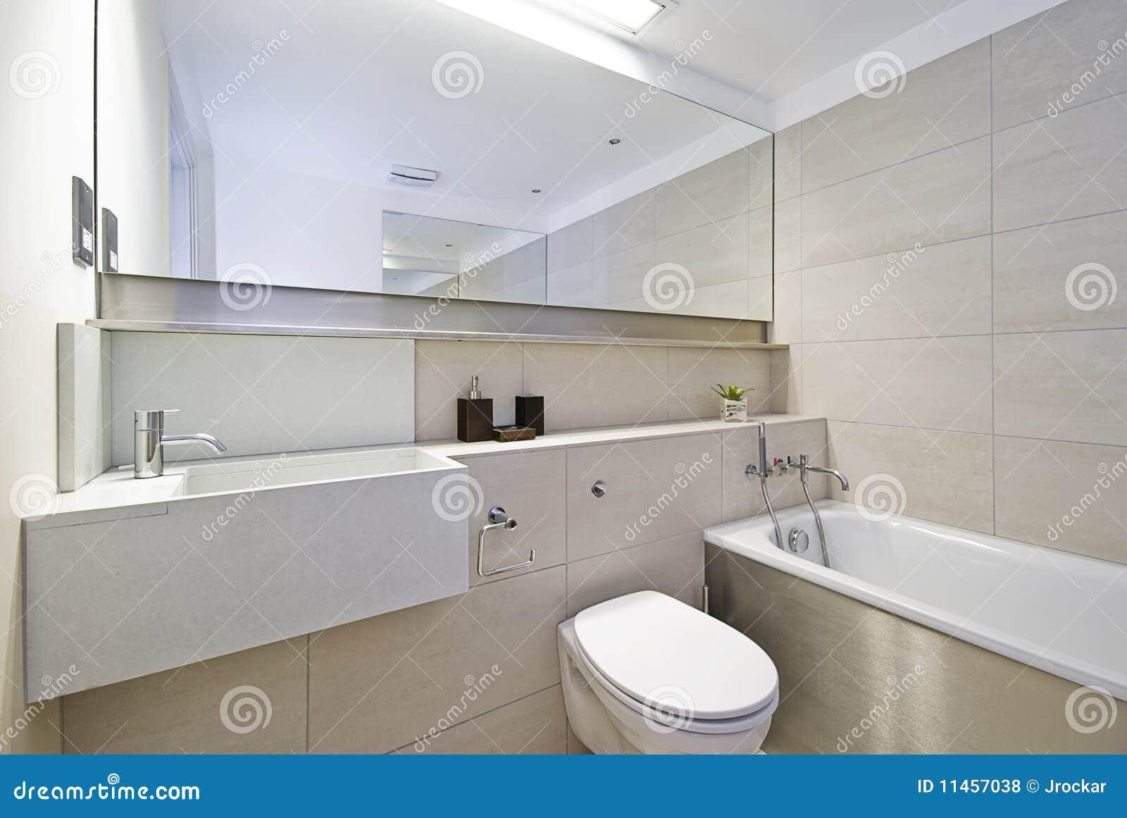Banheiro Com Canto Do Chuveiro Fotos de Stock Royalty Free Imagem  #82A229 1300 960