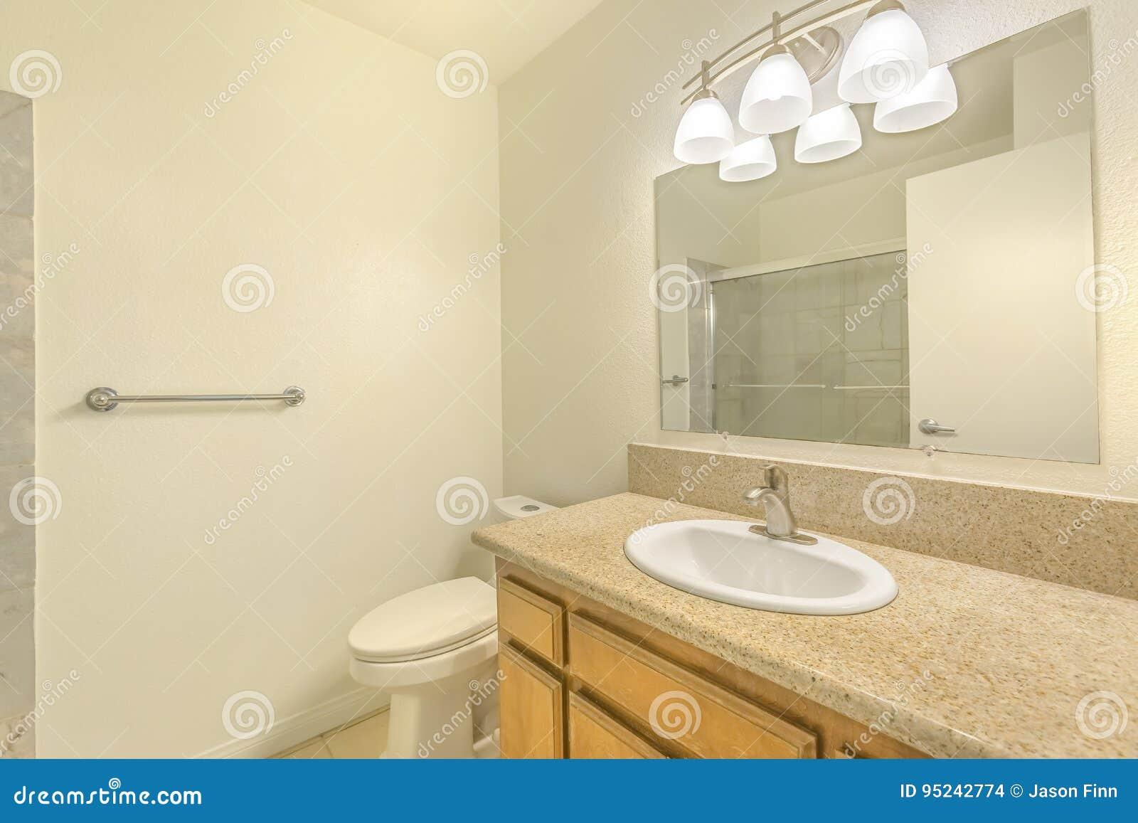 Banheiro Com Grande Espelho Foto De Stock Imagem De Bonito