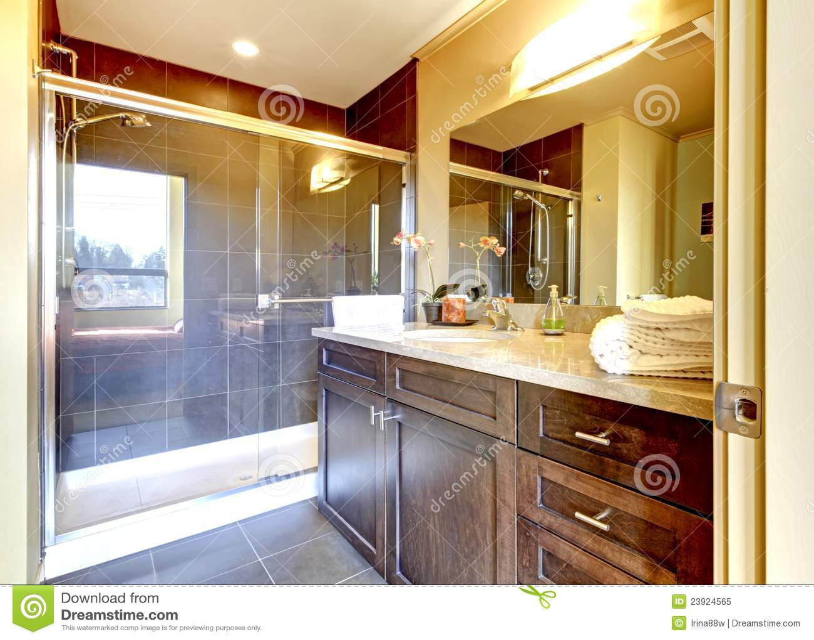Banheiro Com O Chuveiro De Madeira Do Gabinete E Do Vidro. Foto de  #6C3618 1300 1039