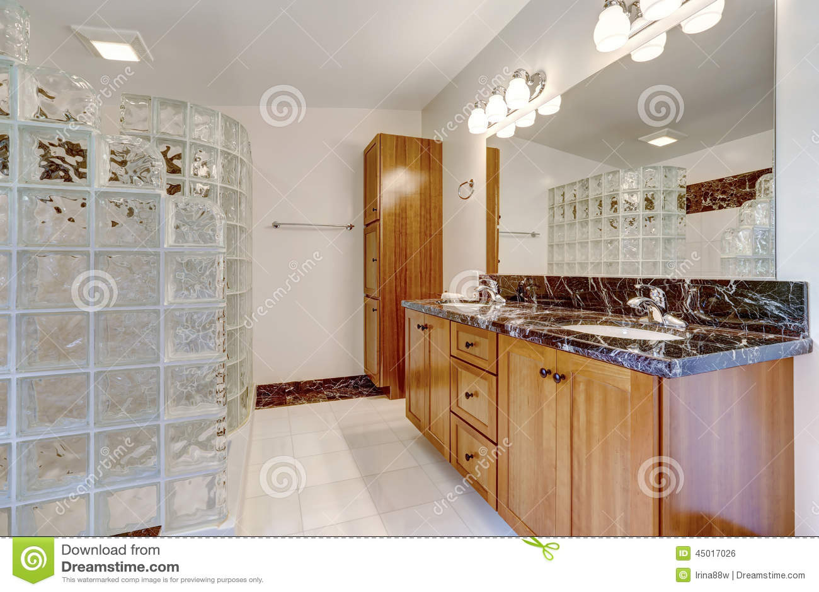 Banheiro Com O Chuveiro Selecionado Do Bloco De Vidro Foto de Stock  Imagem -> Bloco Armario De Banheiro