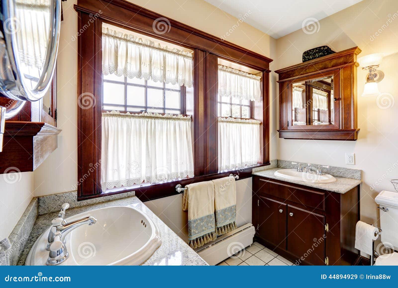 de Stock: Banheiro com os armários do marrom escuro e a grande janela #AC681F 1300 957