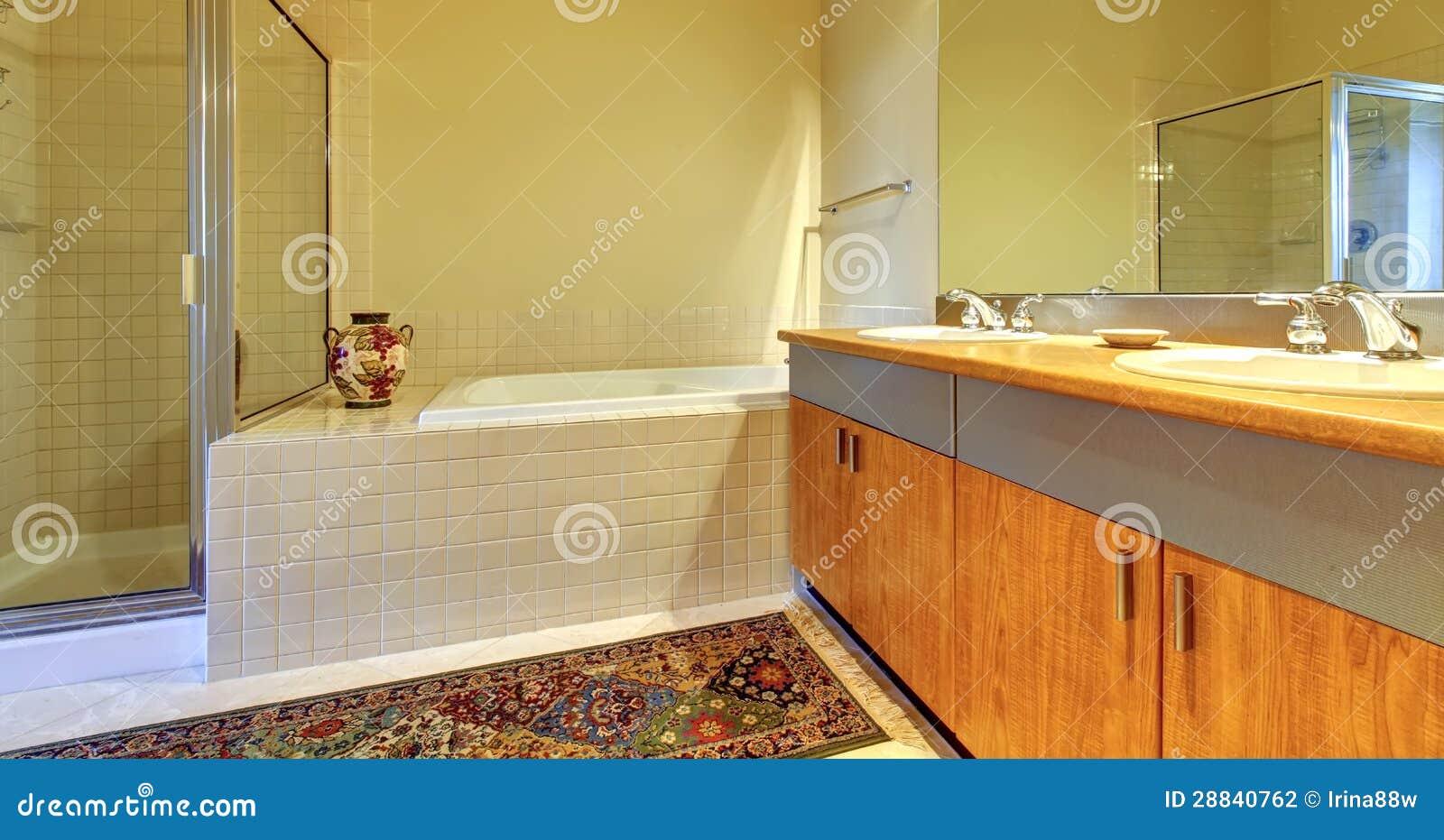 Banheiro com os gabinetes a cuba e o chuveiro de madeira modernos com  #A16B2A 1300 773