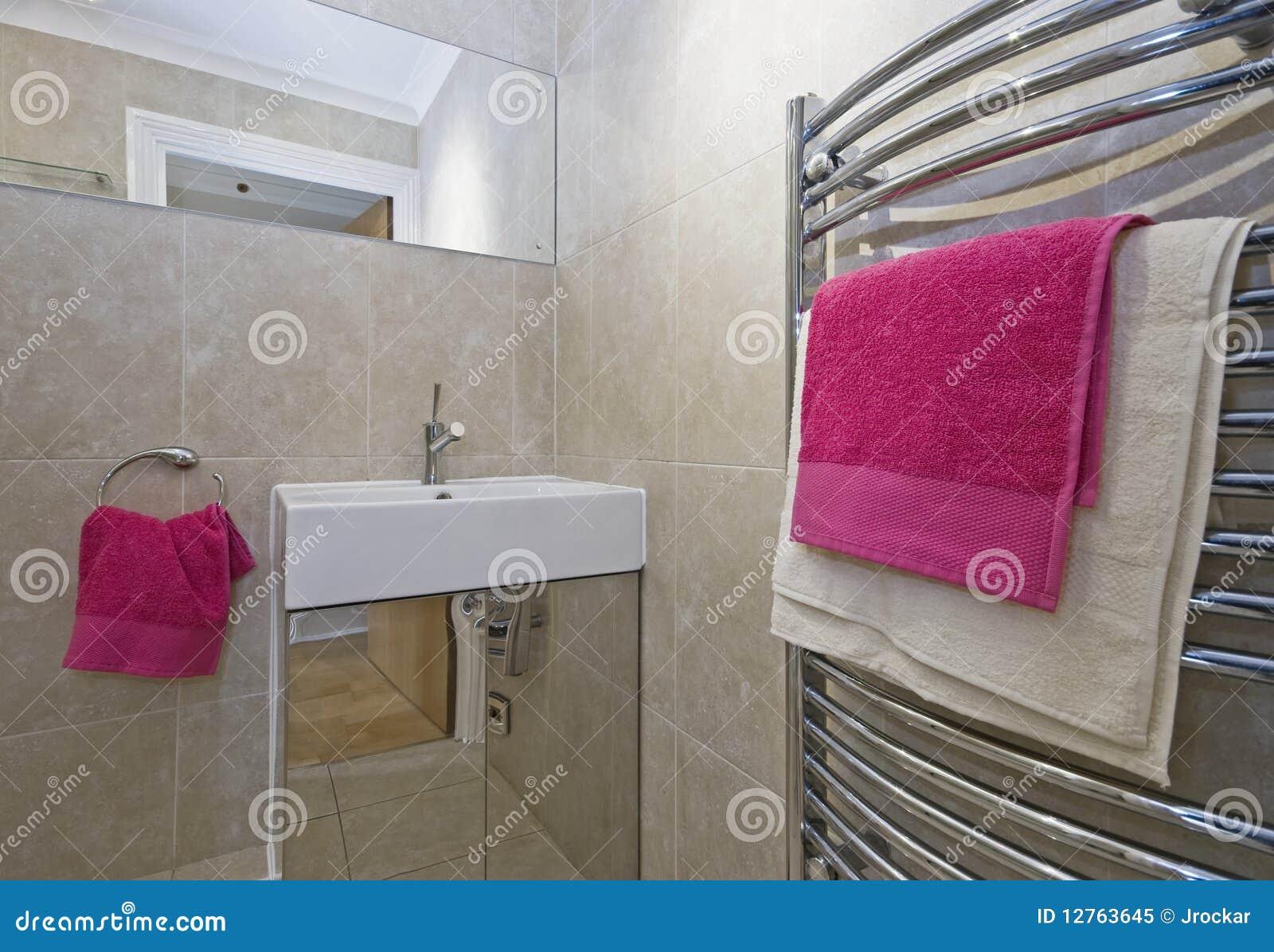Banheiro Com Toalhas Cor de rosa Foto de Stock Royalty Free Imagem  #9D2D61 1300x989 Balança De Banheiro Rosa