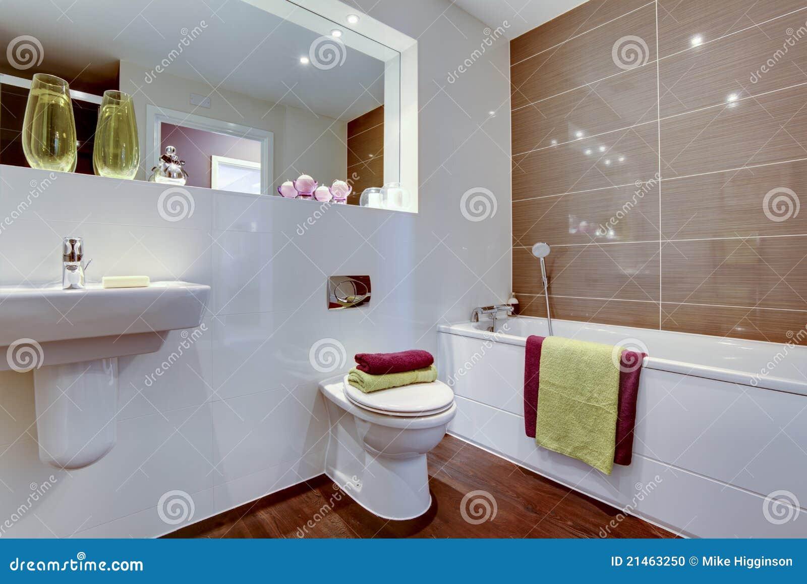 banheiro com as toalhas brilhantemente coloridas e o grande espelho #3A1409 1300 957