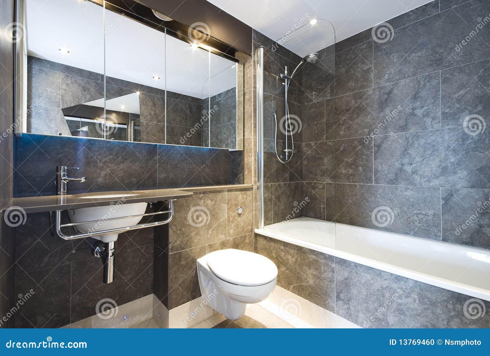 Banheiro de mármore moderno com a grande cuba de banho