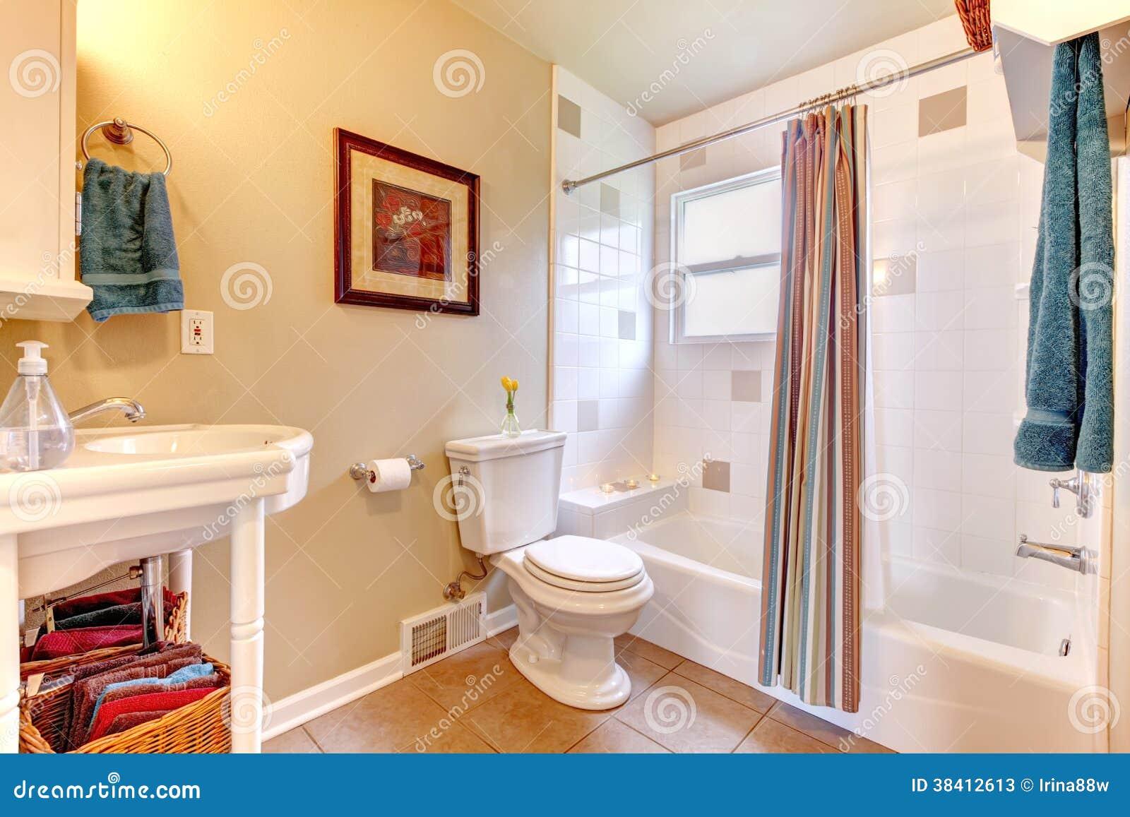 Banheiro brilhante branco e do marfim com o assoalho de telha bege  #AB2620 1300x957 Banheiro Branco Bege
