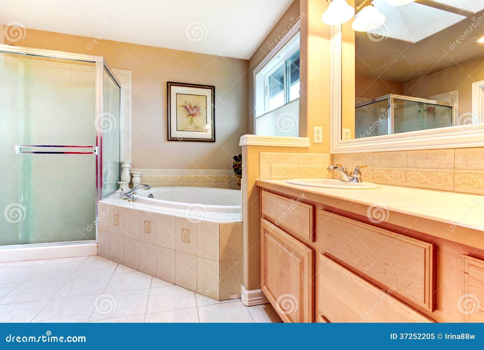 Banheiro de refrescamento com as paredes amarelas e bege o assoalho  #7E381C 1300x957 Banheiro Bege Com Madeira