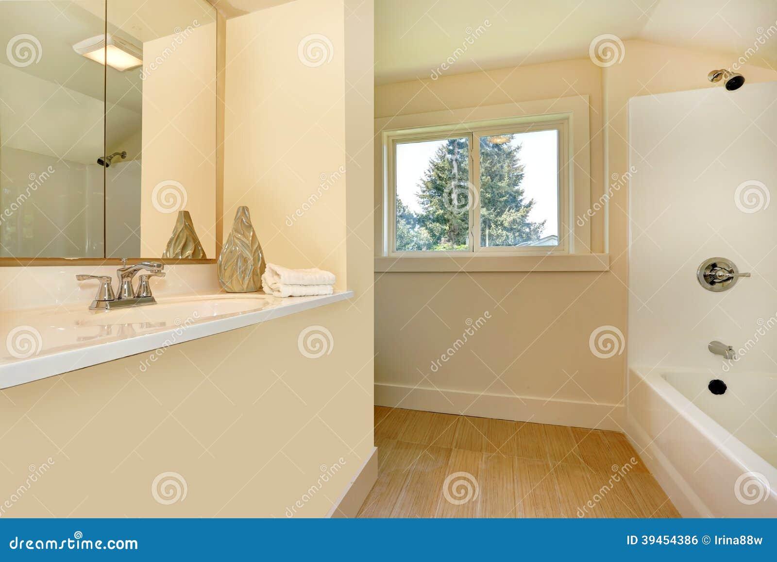 Interior do banheiro em tons claros delicados. Ideia do suporte  #774D15 1300 957