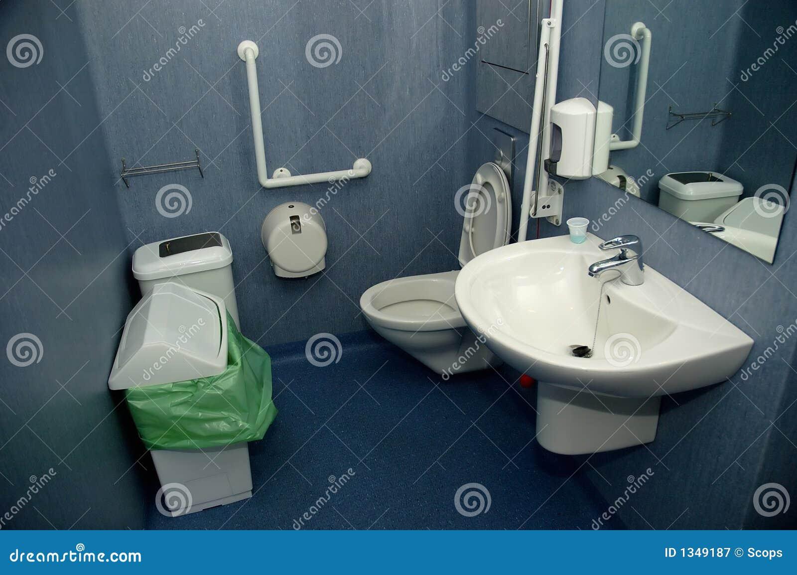 vista de um banheiro do hospital adaptou se aos deficientes motores. #81A229 1300 954