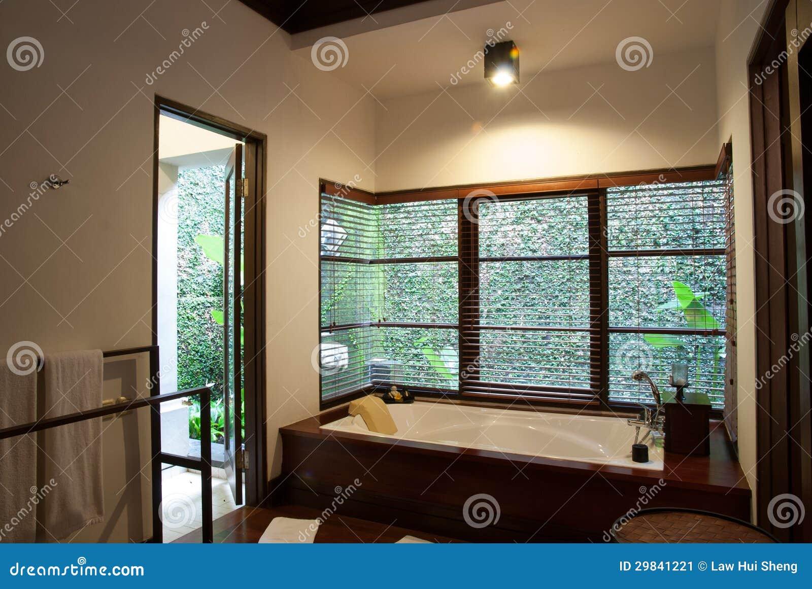 Banheiro do hotel de luxo com banheira em uma casa de campo. #2A1A11 1300x960 Banheiro Com Banheira De Luxo