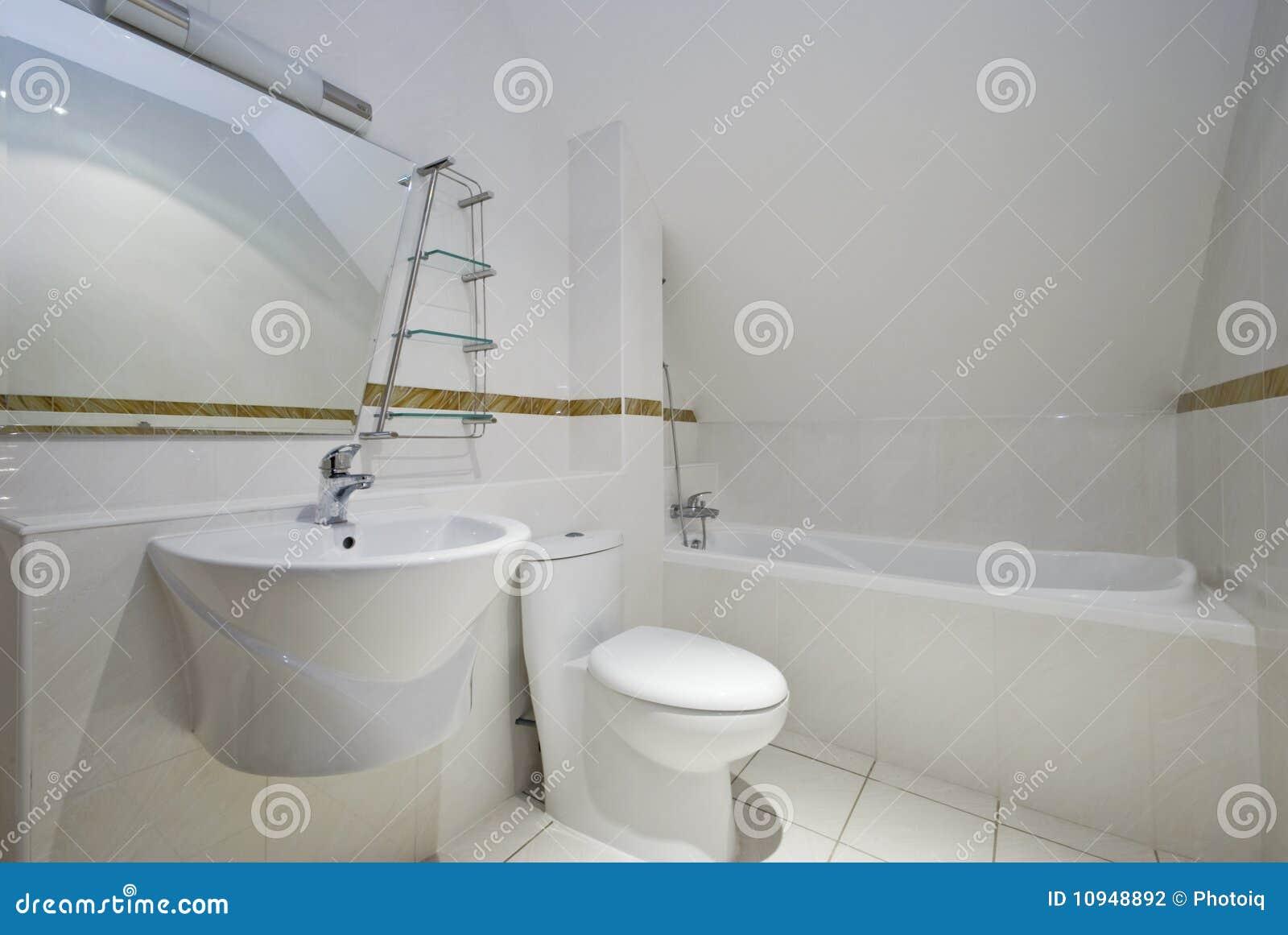 Loft o banheiro com toalete e o dissipador angulares da cuba de banho  #82A229 1300 960