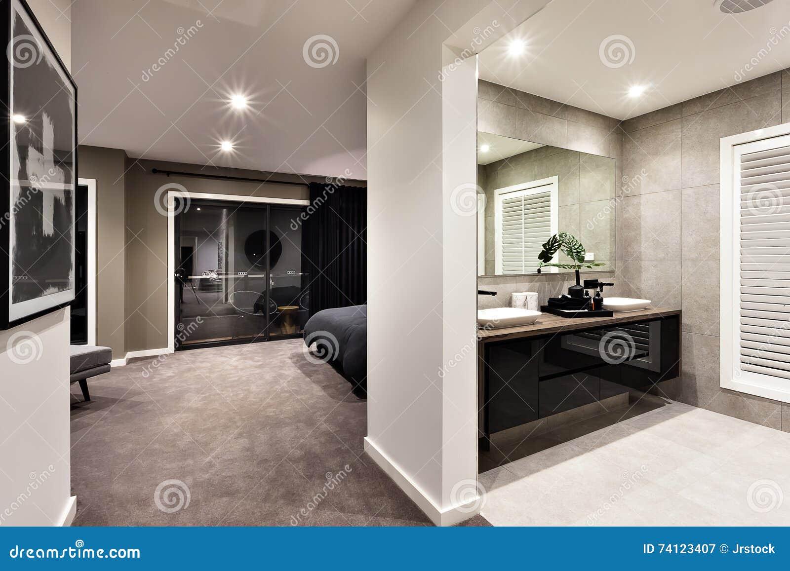 Banheiro e corredor modernos a uma outra sala
